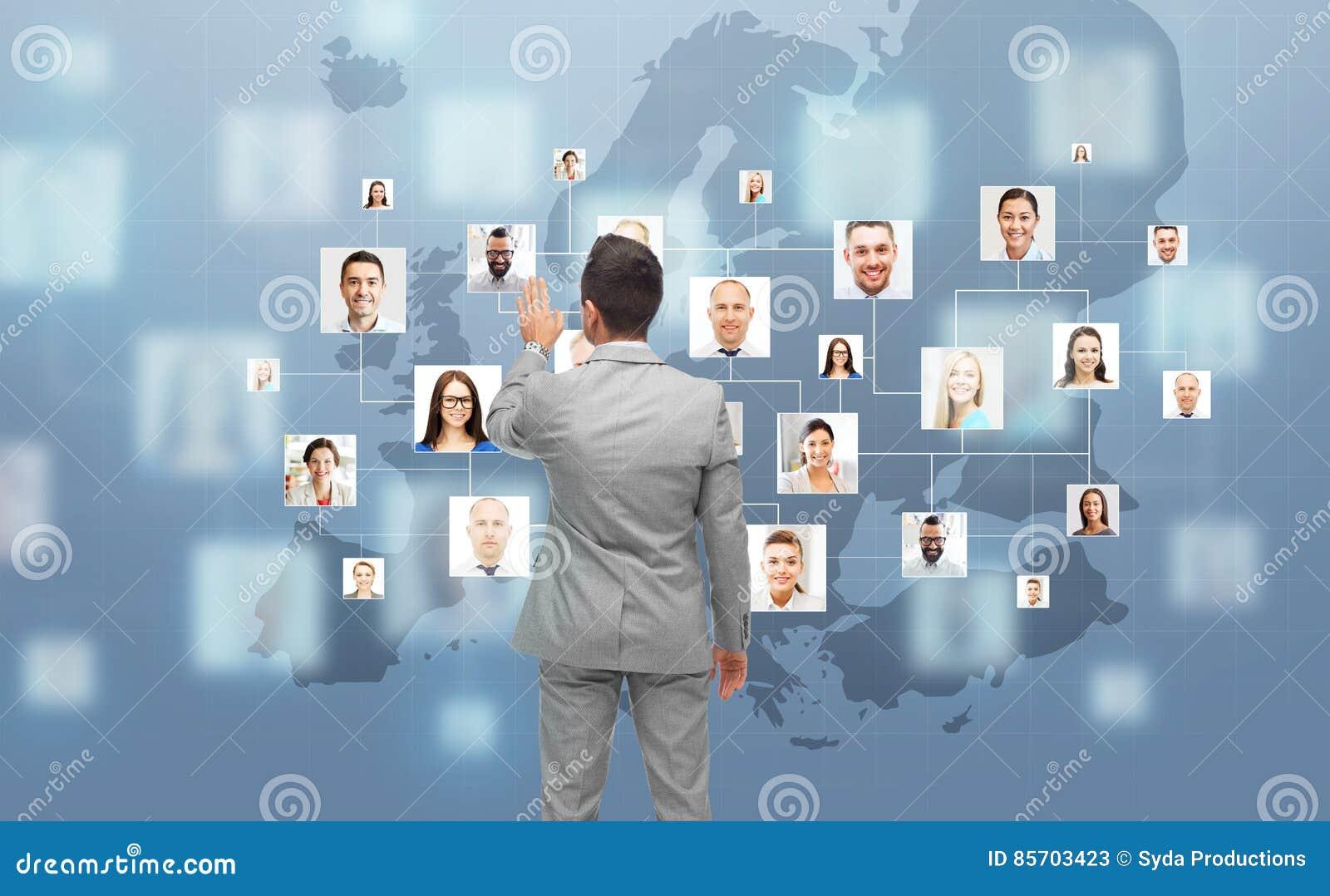Biznesmen używa wirtualnego ekran z kontaktami