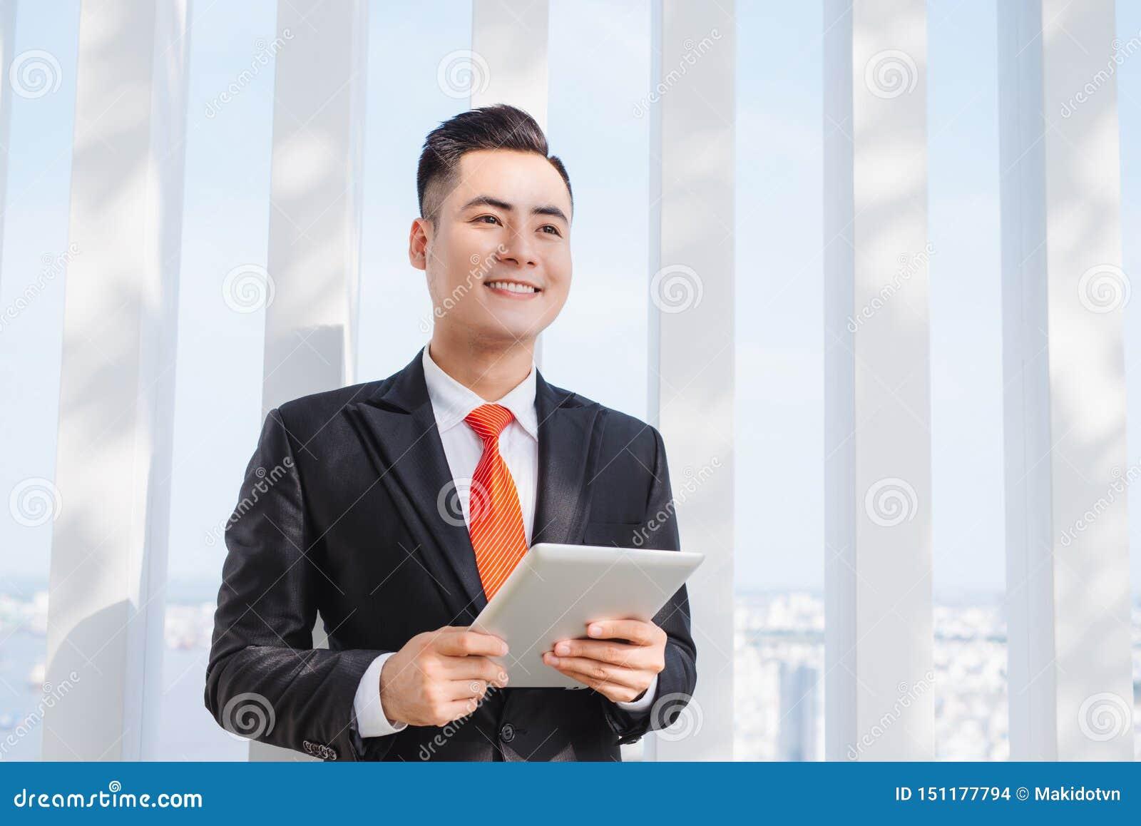 Biznesmen u?ywa jego pastylk? w biurze