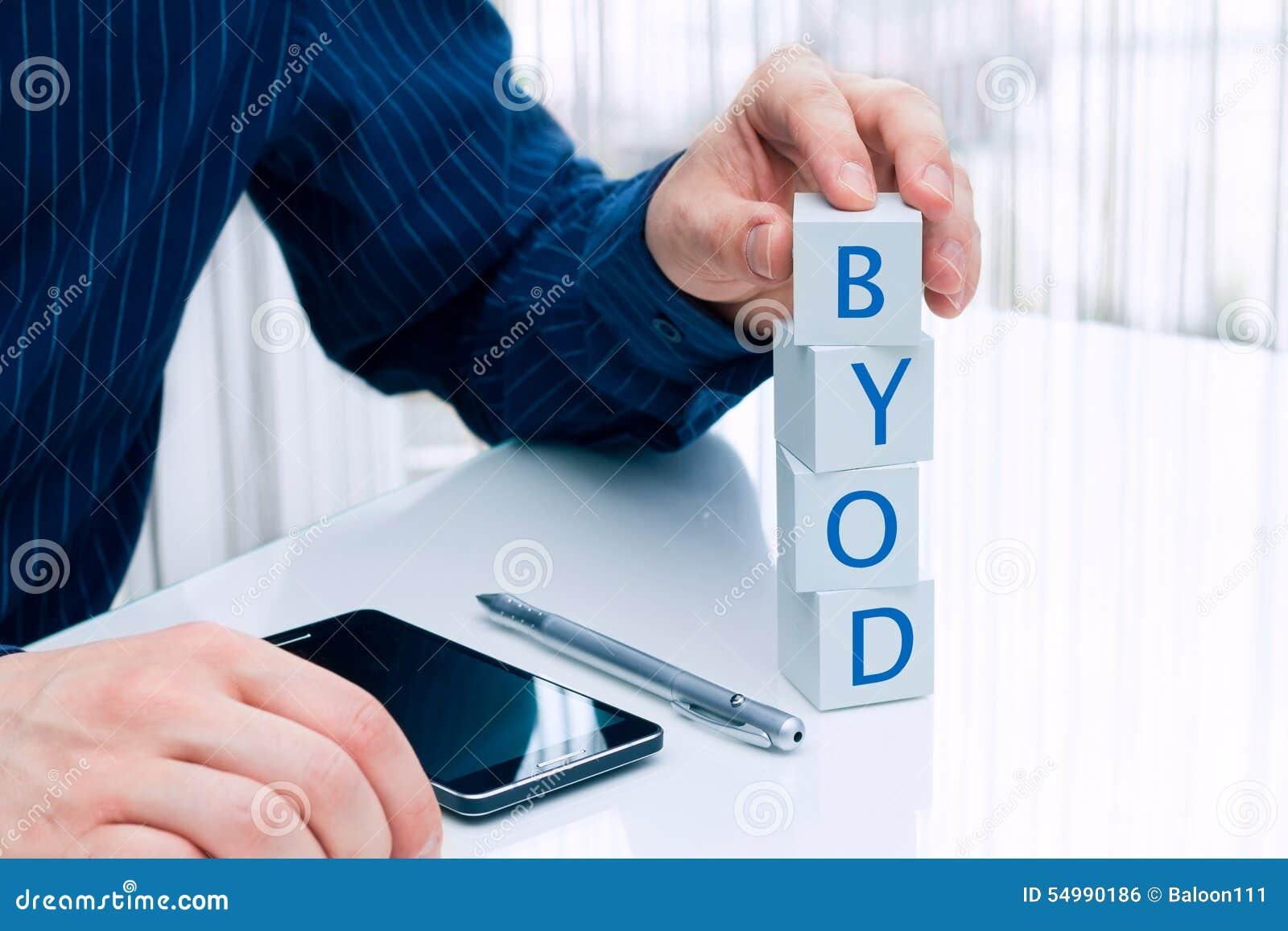 Biznesmen układa małych bloki