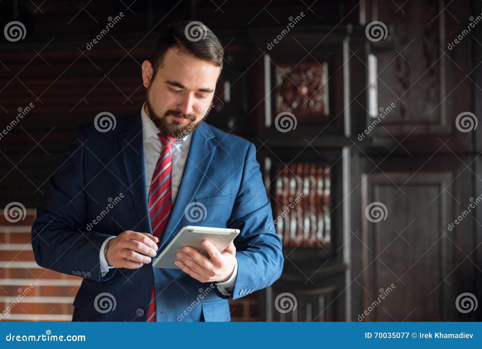 Biznesmen w biurowym działaniu na pastylce