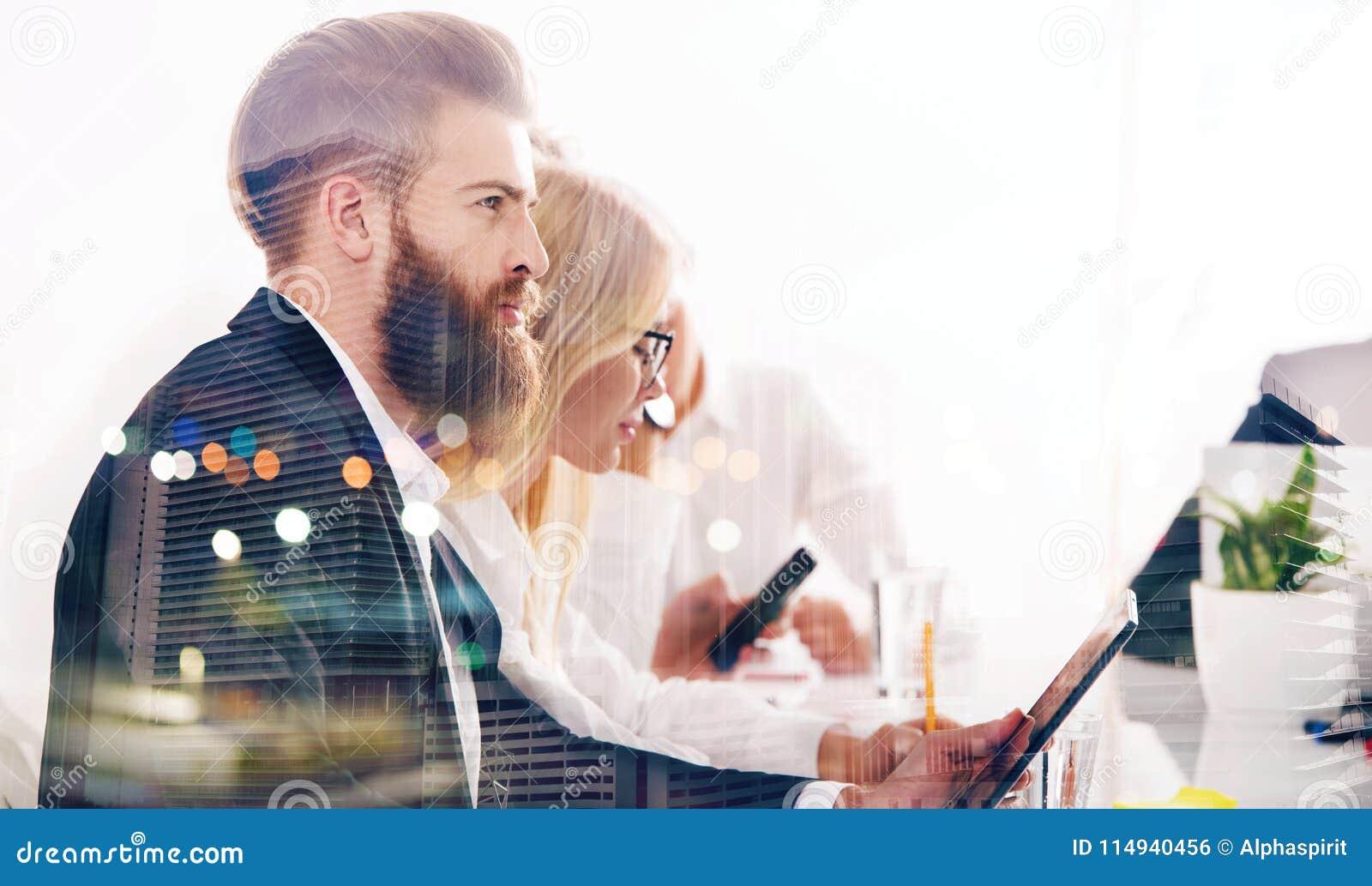 Biznesmen w biurze łączącym internet sieć Pojęcie początkowa firma podwójny narażenia