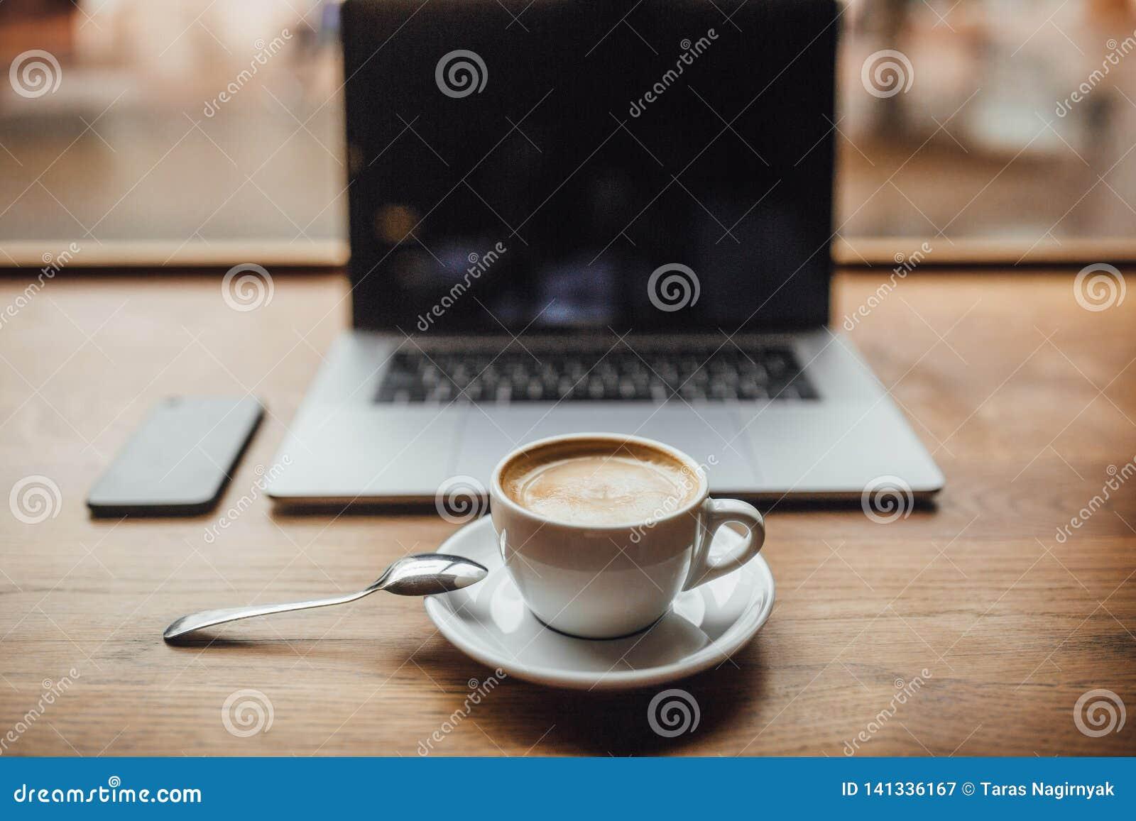 Biznesmen w caffe z cofee Laptop i filiżanka coffe