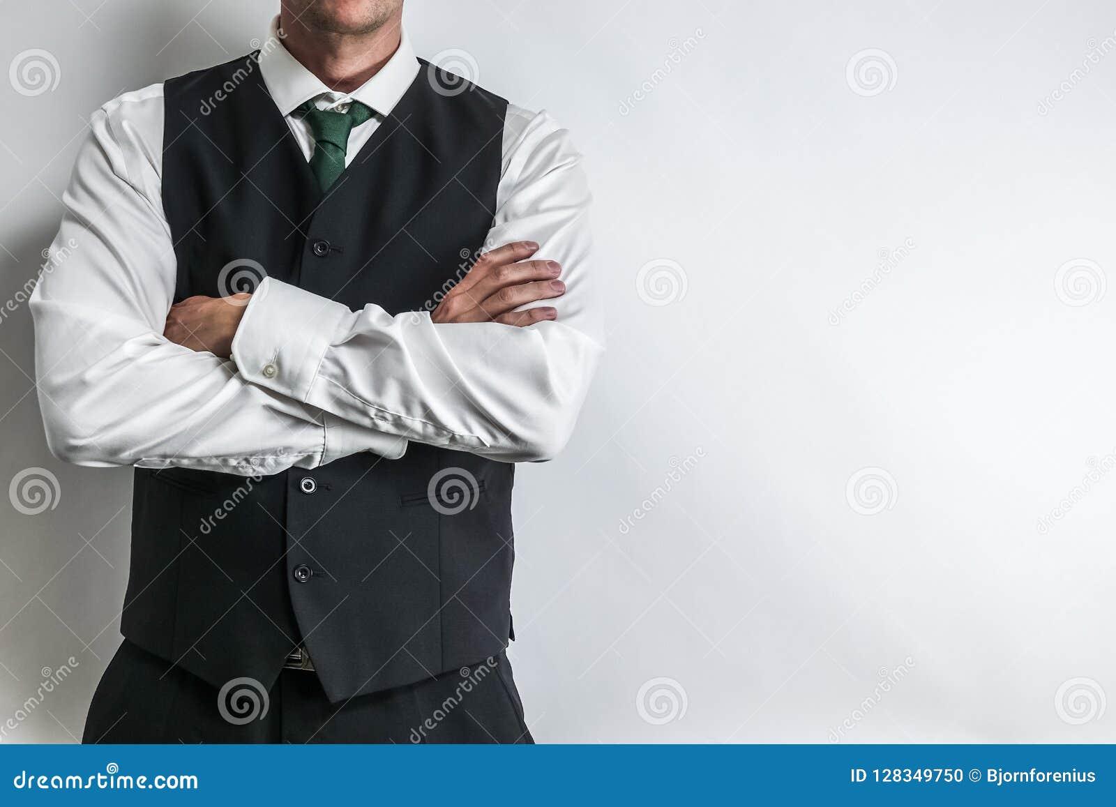 Biznesmen w czarnej kamizelkowej kamizelce, białej koszula i krawacie,