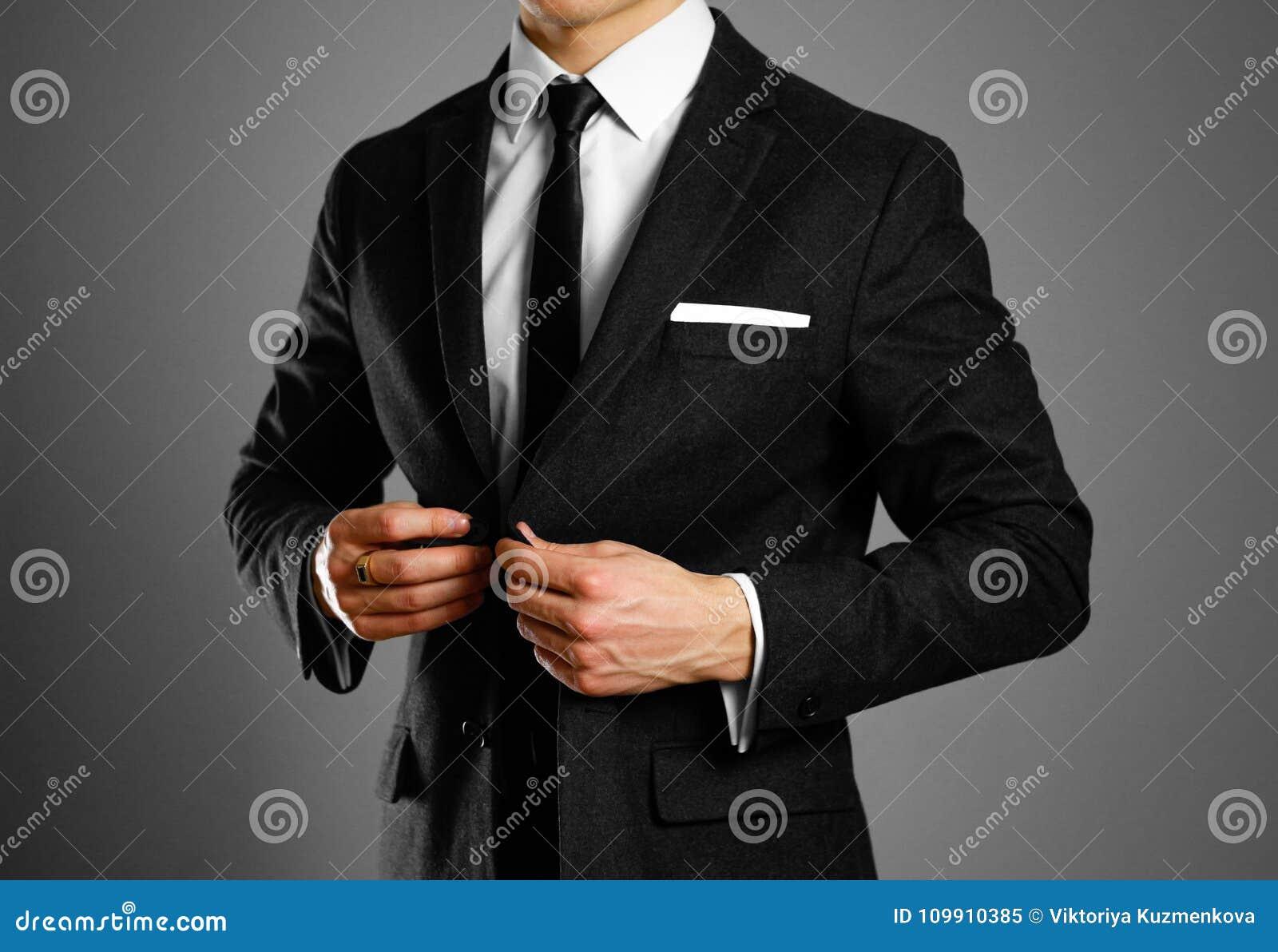 Biznesmen w czarnym kostiumu, białej koszula i krawacie, Pracowniany shootin