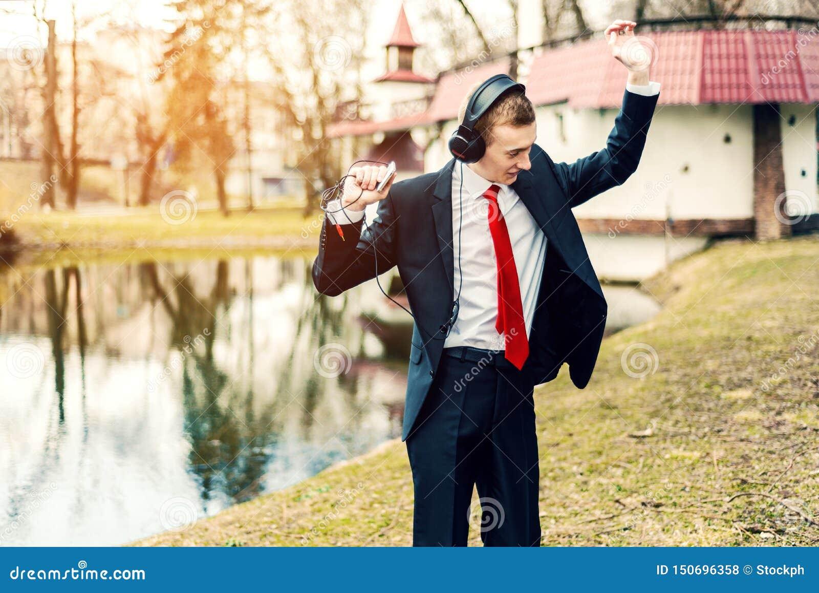 Biznesmen w hełmofonach tanczy młody człowiek relaksuje Freelancer Odpoczywa?