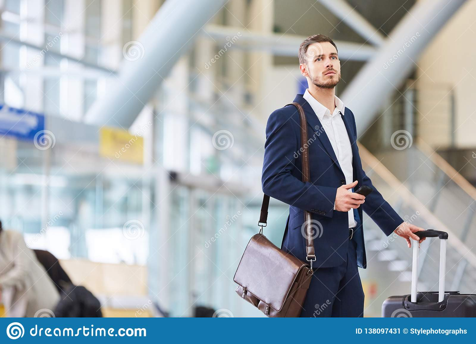Biznesmen w lotniskowy śmiertelnie