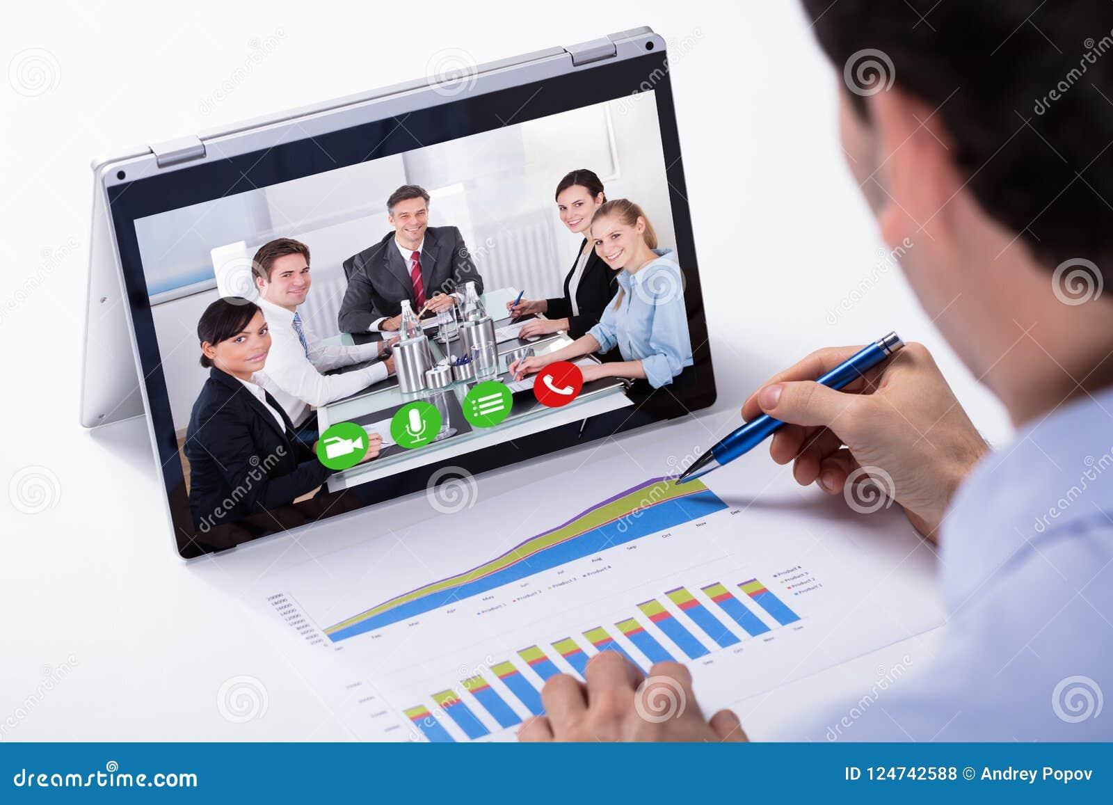 Biznesmen Wideo konferencja Na Hybrydowym laptopie
