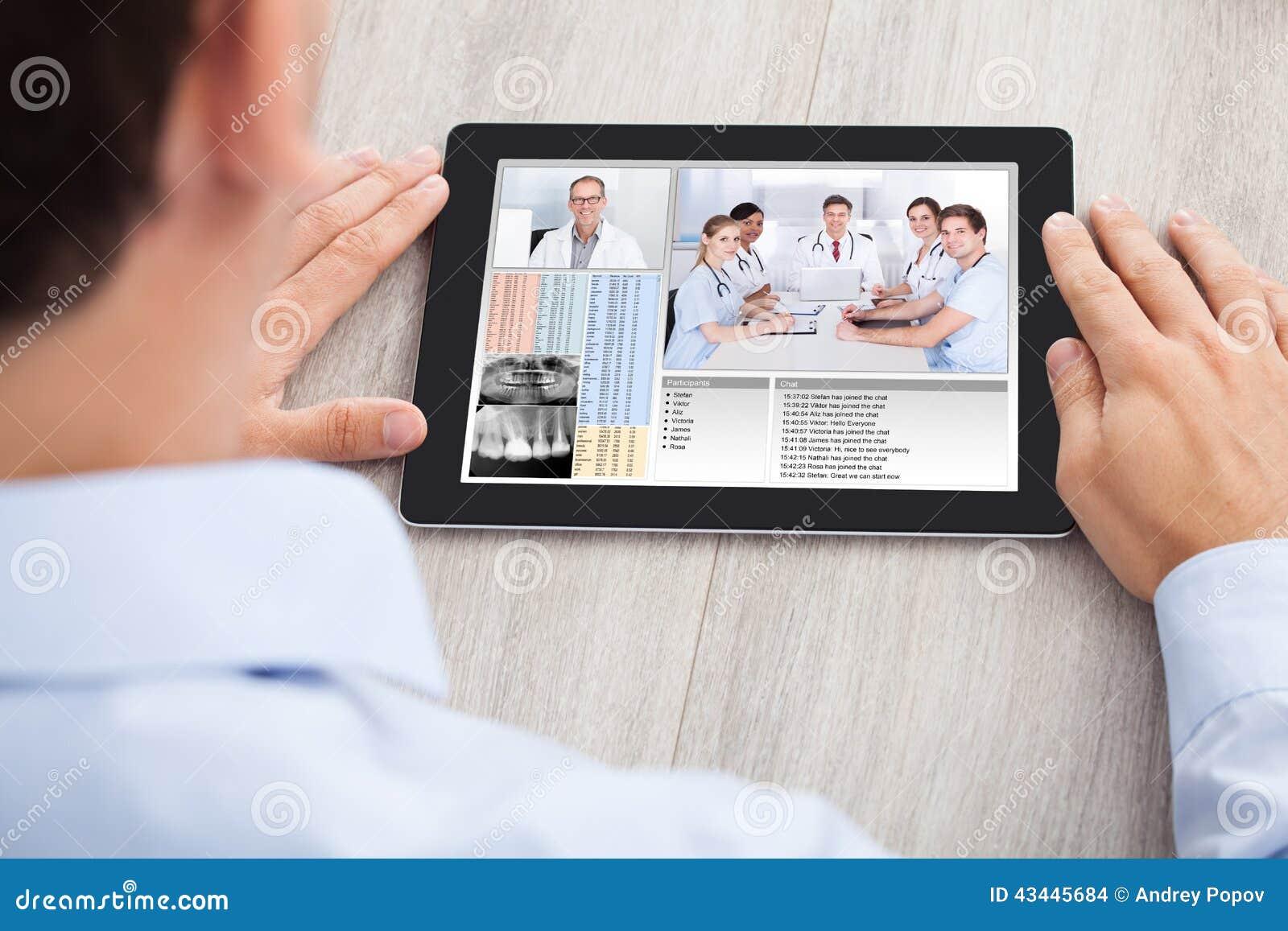 Biznesmen wideo konferencja z zaopatrzeniem medycznym