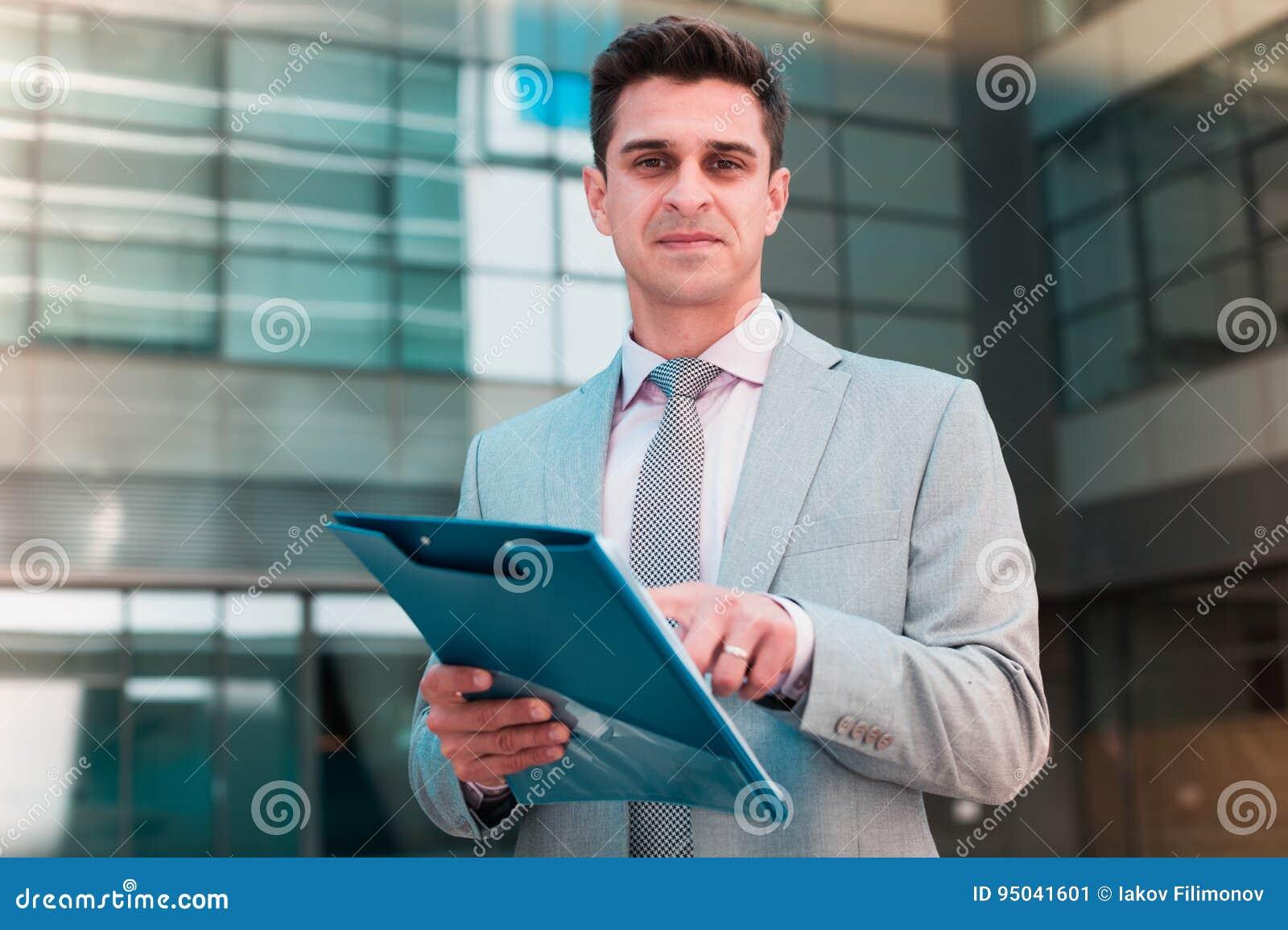 Biznesmen wskazuje przy klauzula kontrakt