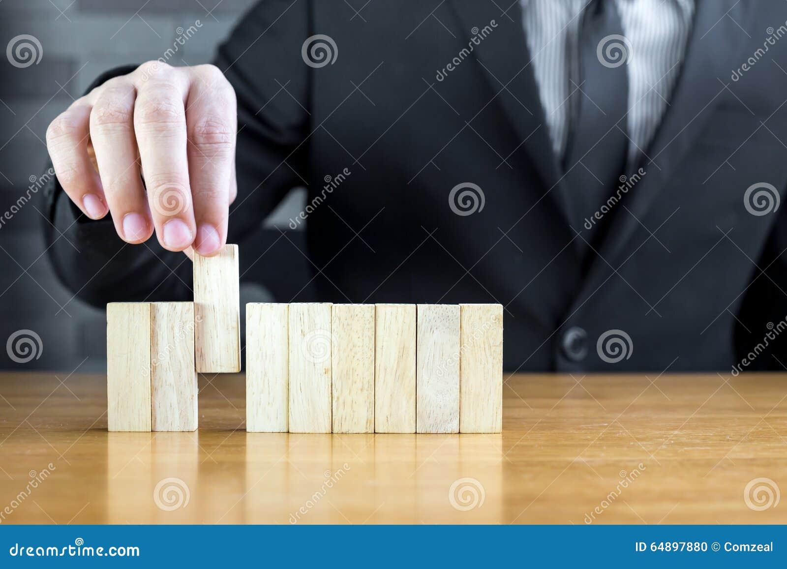 Biznesmen wybiera drewnianego blok, Rekrutacyjny pojęcie