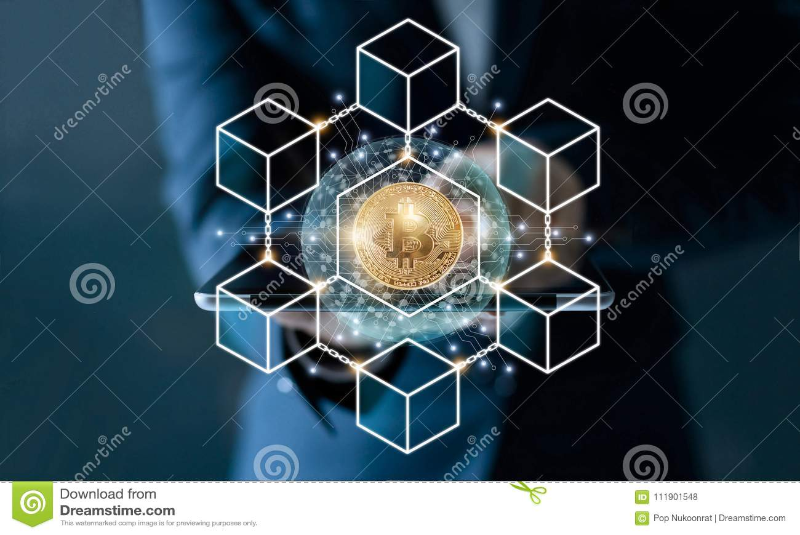 Biznesmen wzruszająca pastylka Bitcoin cryptocurrency z blockchain sieci związkiem i microcircuit ikona na globalnym wirtualnym s