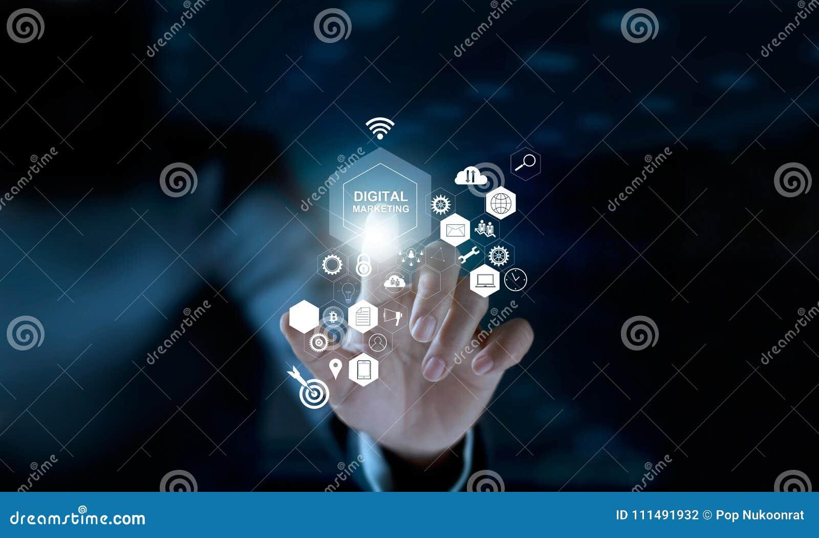 Biznesmen wzruszającej ikony cyfrowy marketing SEO i sieć