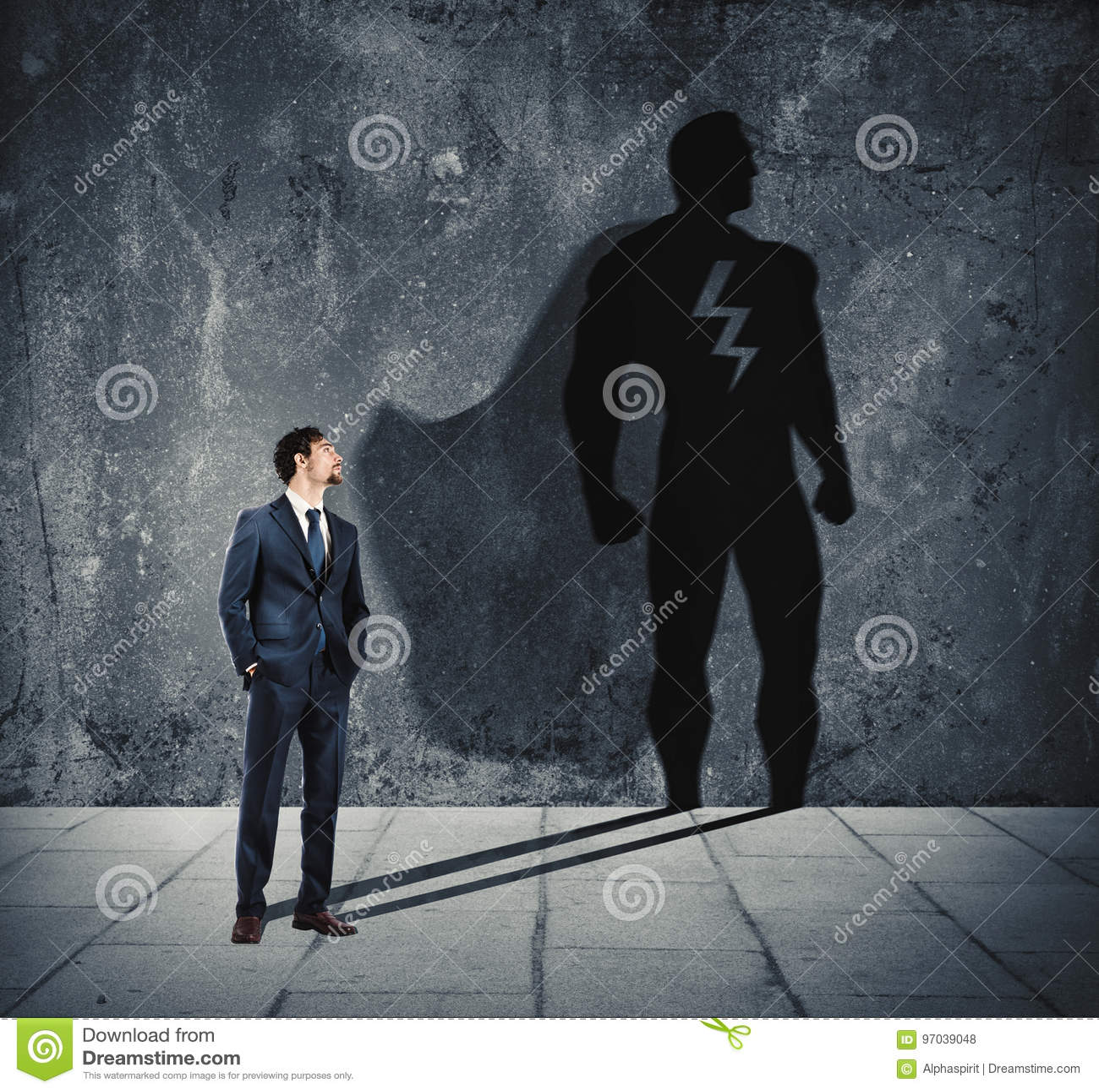 Biznesmen z jego cieniem super bohater na ścianie Pojęcie potężny mężczyzna