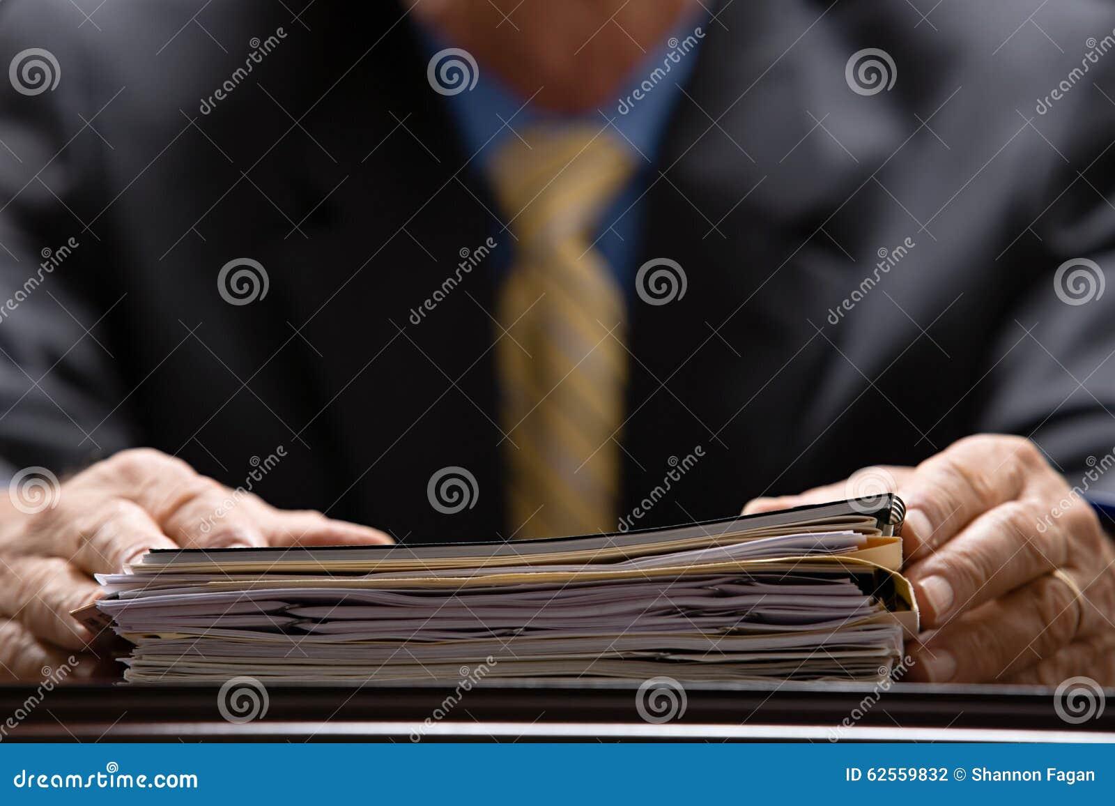 Biznesmen z kartotekami