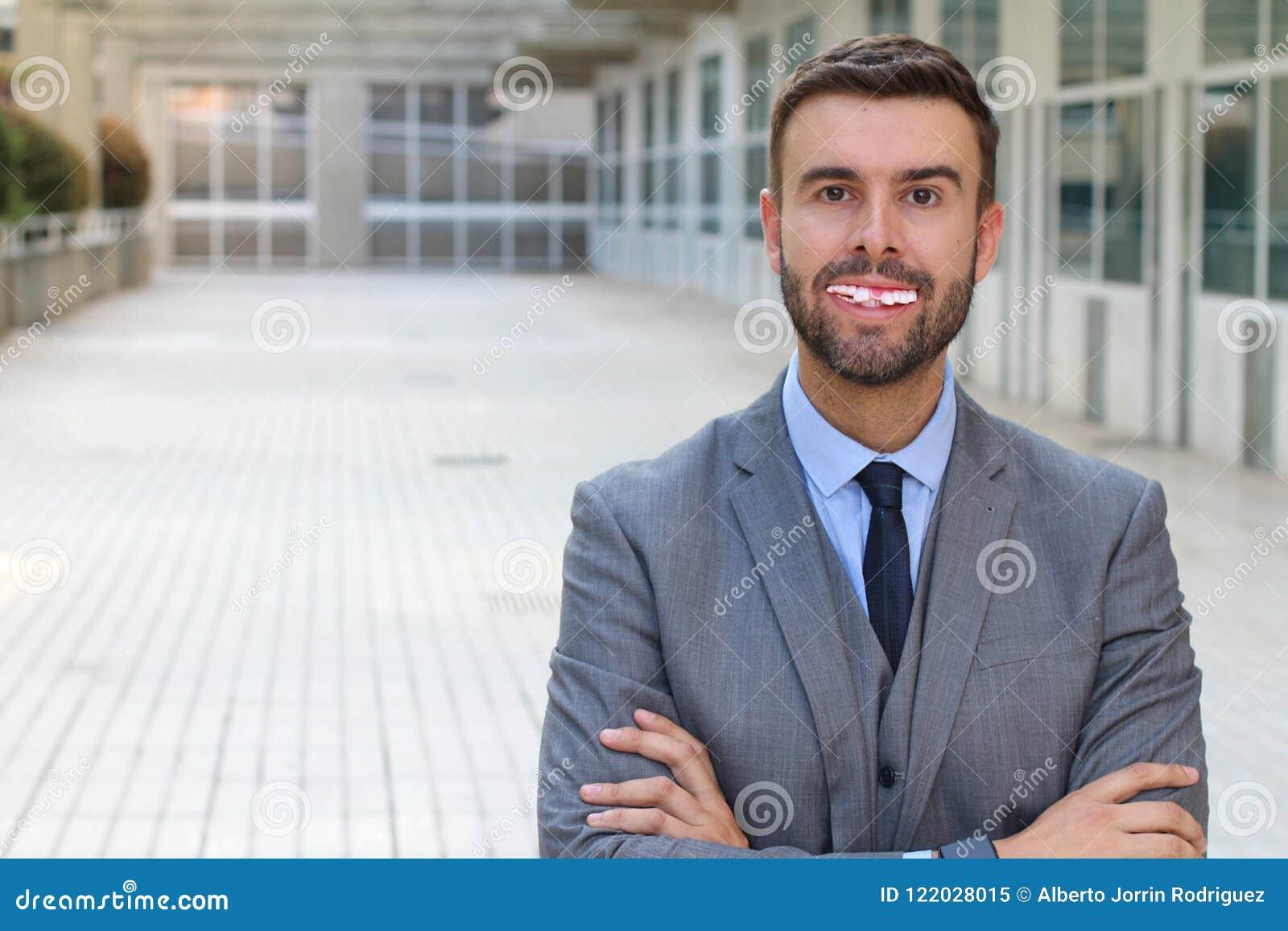 Biznesmen z naprawdę złymi zębami