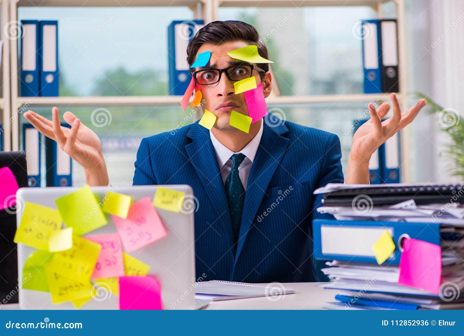 Biznesmen z przypomnienie notatkami w multitasking pojęciu