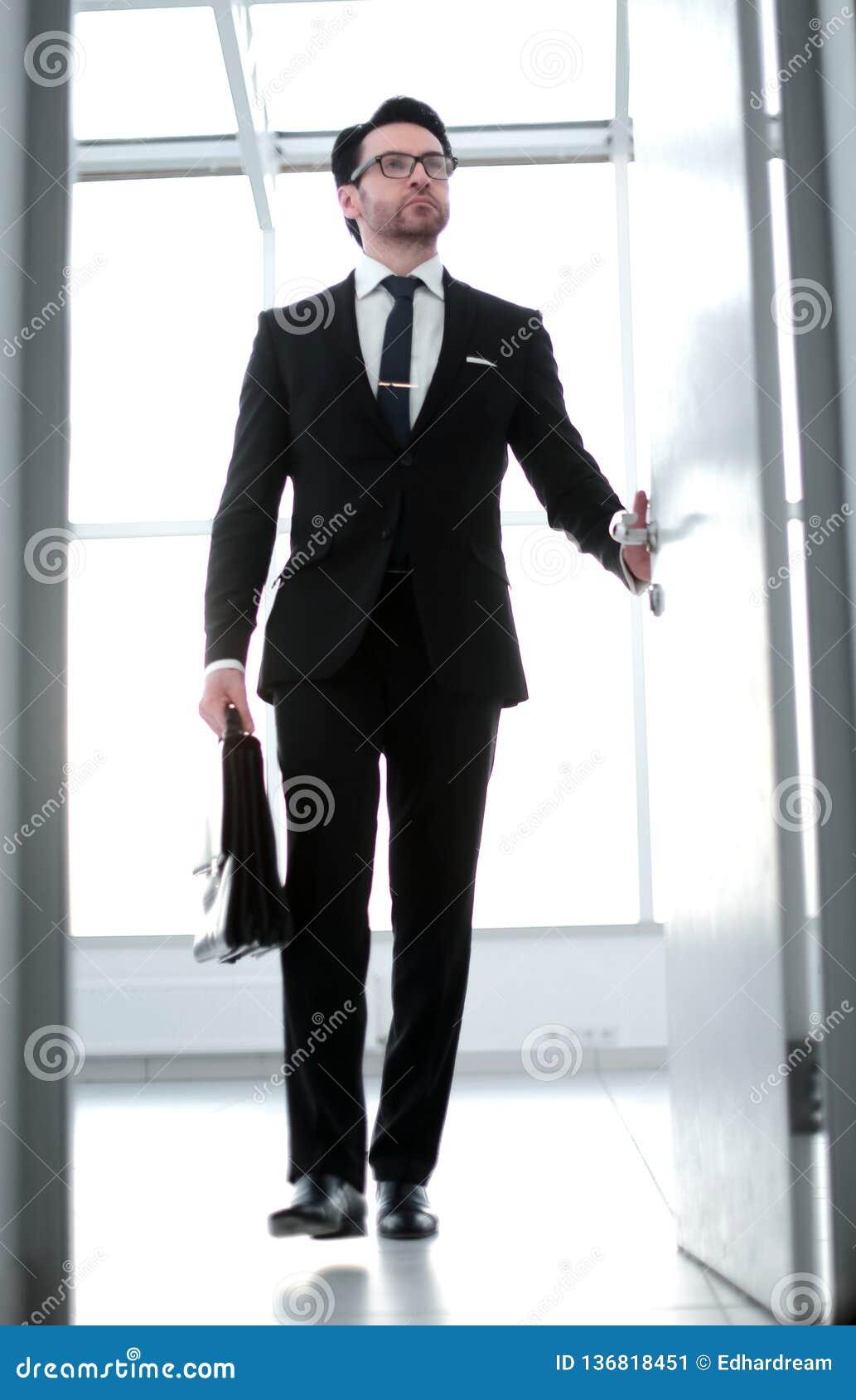 Biznesmen z rzemienną teczką wchodzić do jego klienta ` s biuro
