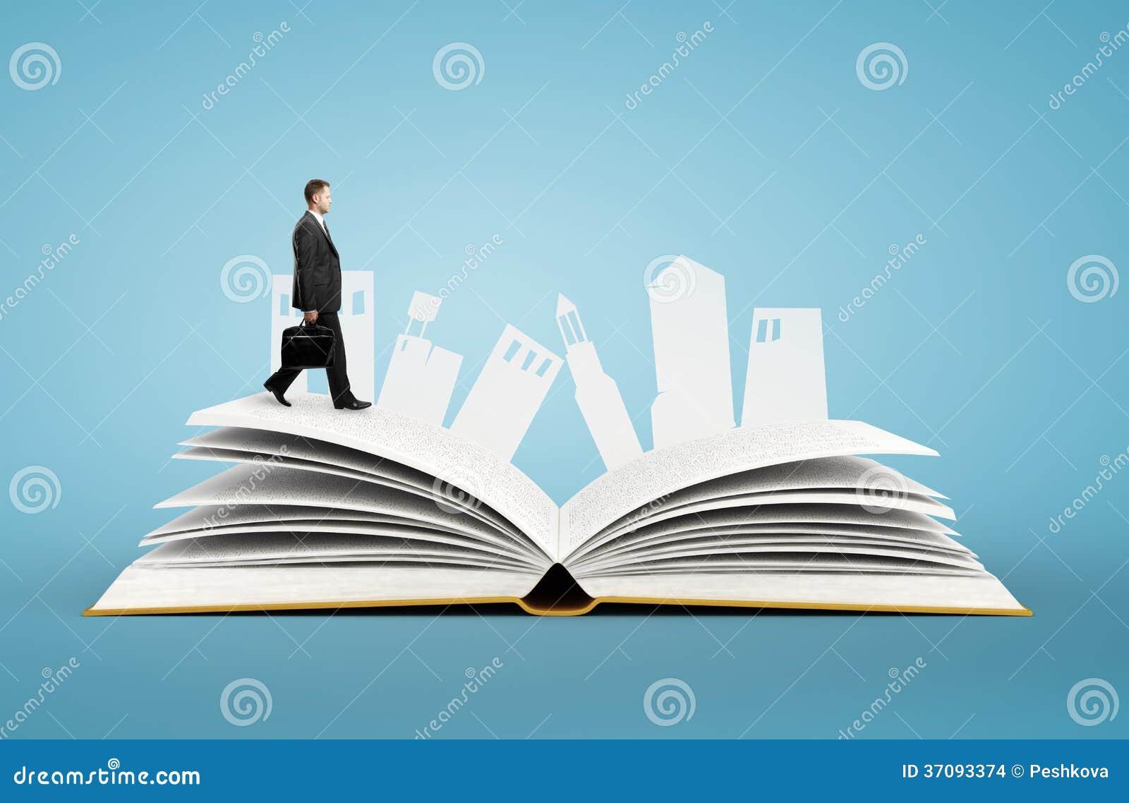 Download Biznesmen z teczką zdjęcie stock. Obraz złożonej z city - 37093374