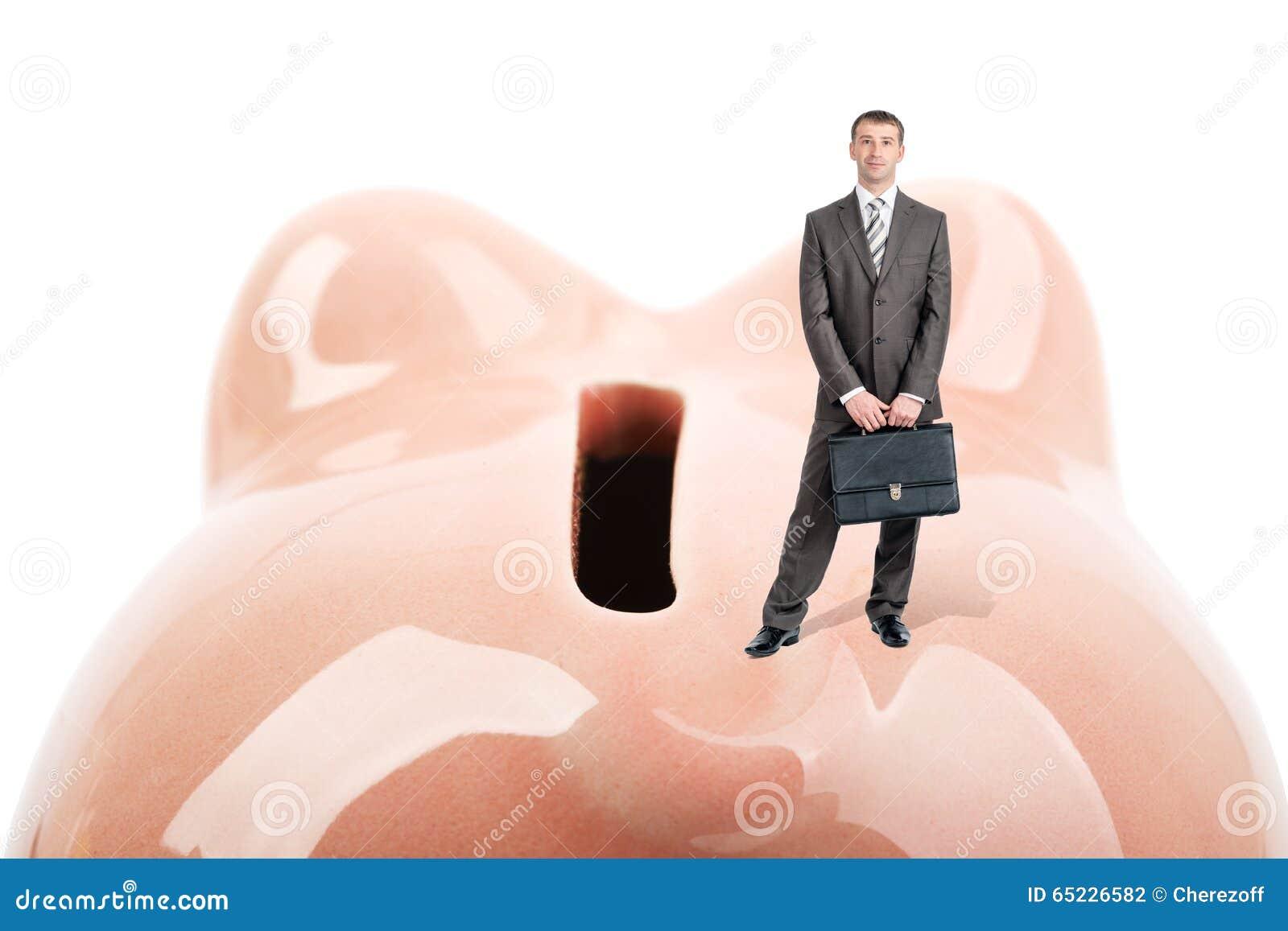Biznesmen z walizką na prosiątko banku
