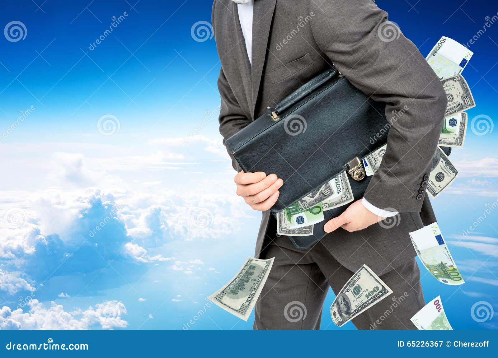 Biznesmen z walizką pełno pieniądze