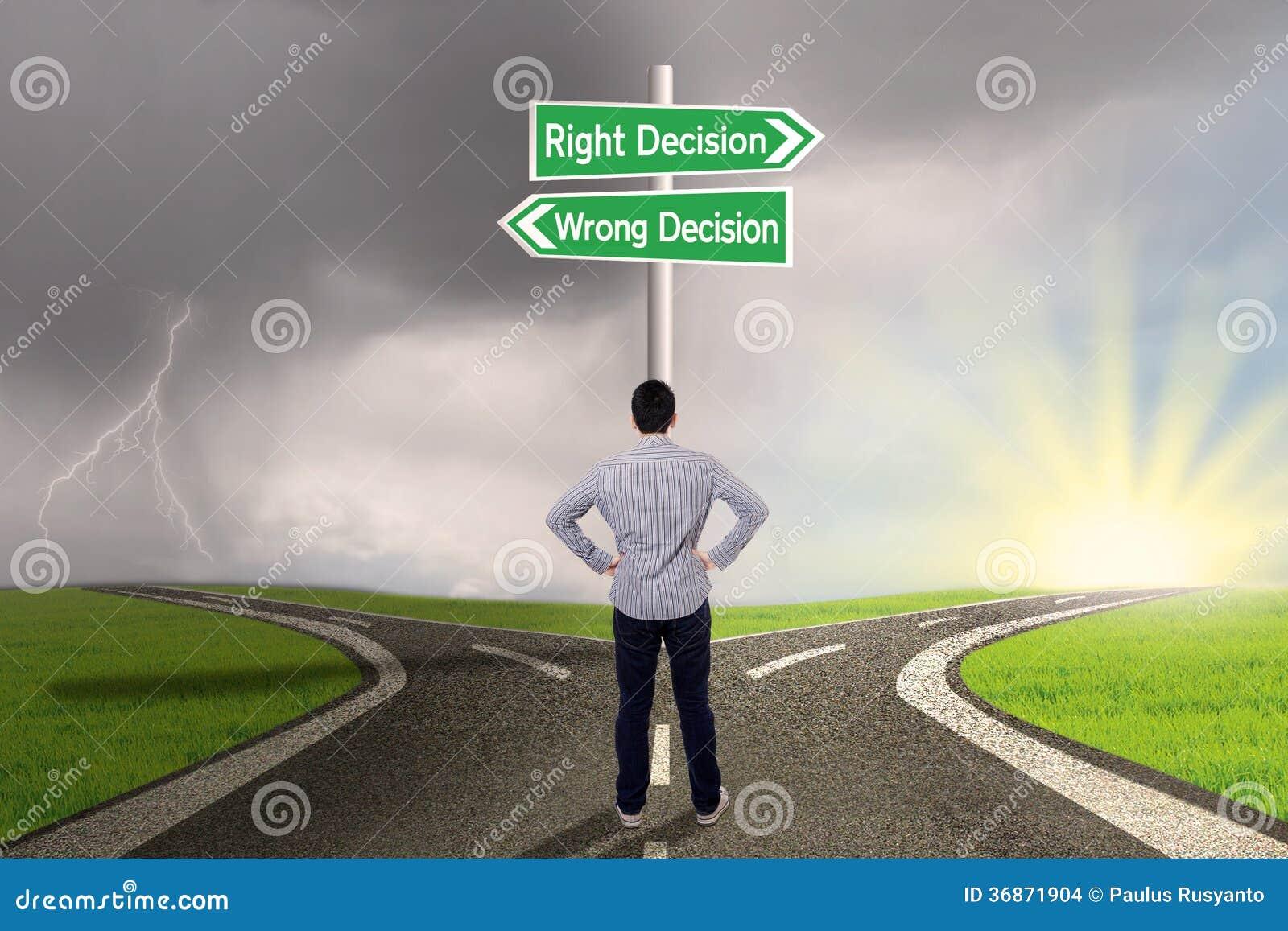 Biznesmen z znakiem dobro vs mylna decyzja