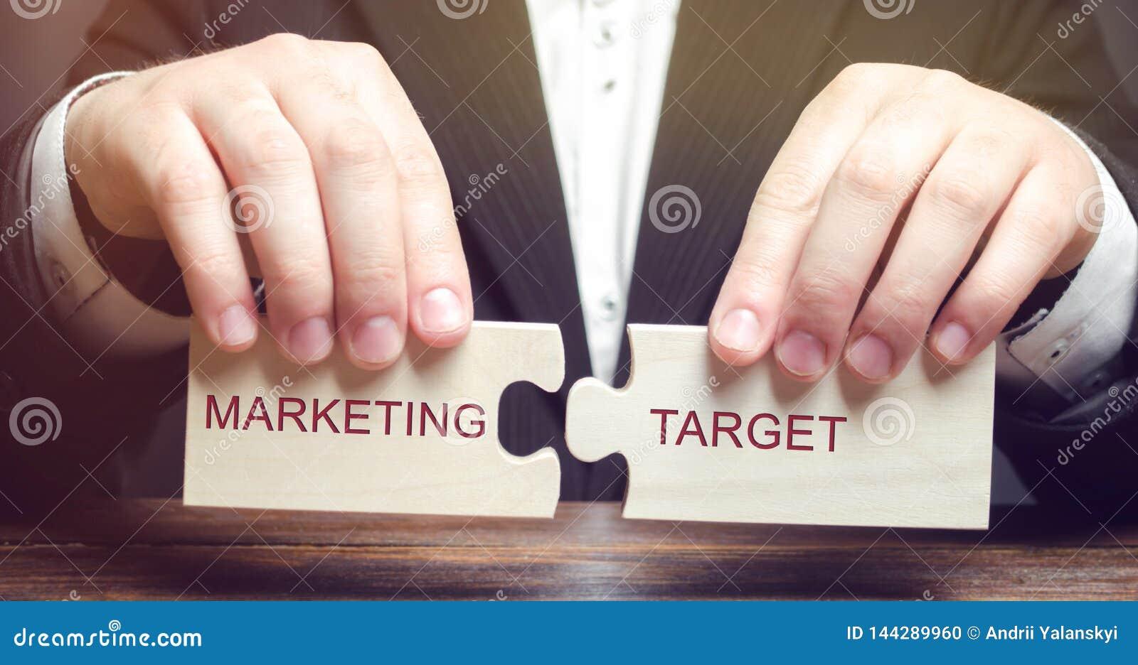 Biznesmen zbiera drewniane łamigłówki z słowo marketingu celem Członowość rynek Fragmentaryzacja konsumenci w