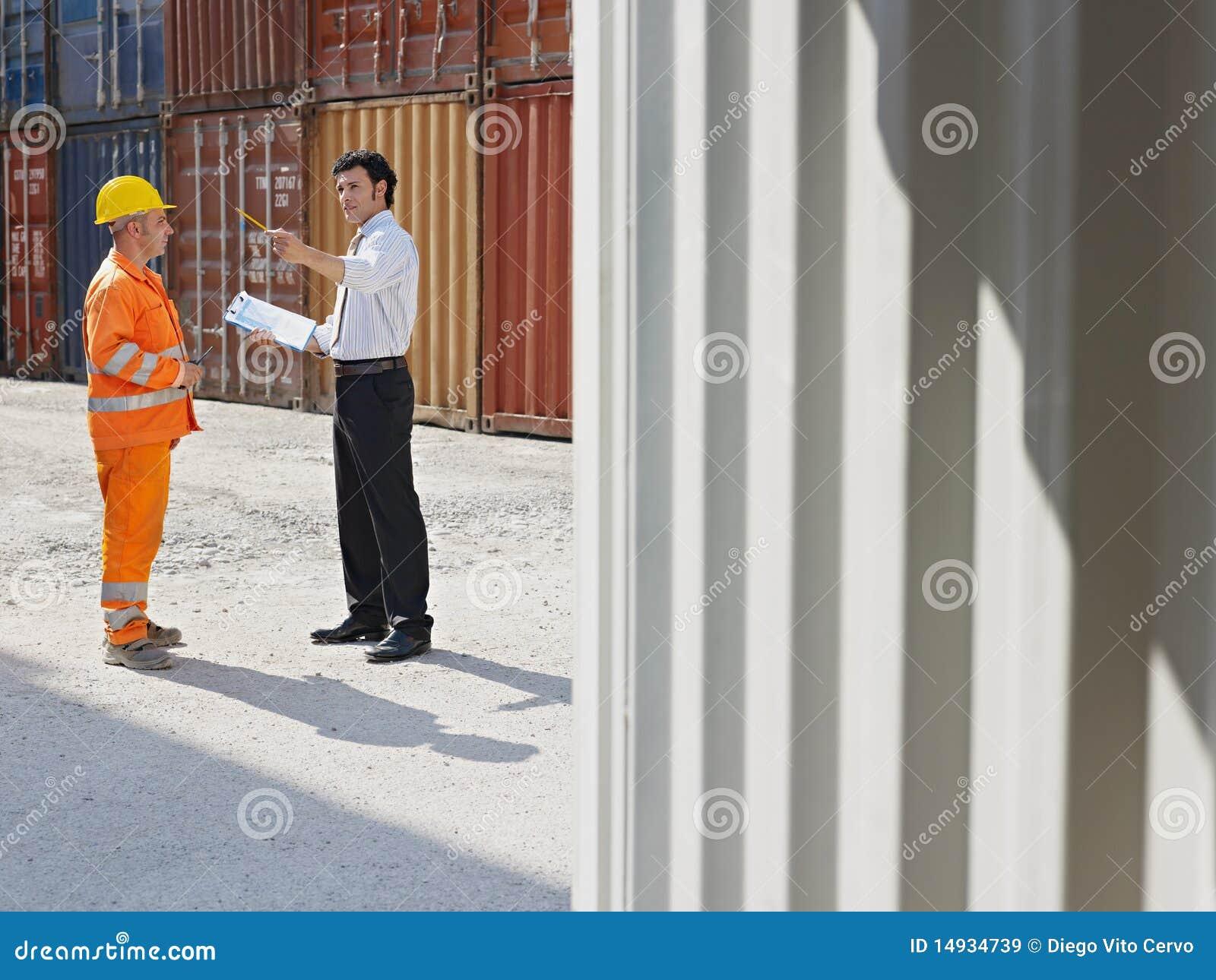 Biznesmena ładunku zbiorników pracownik