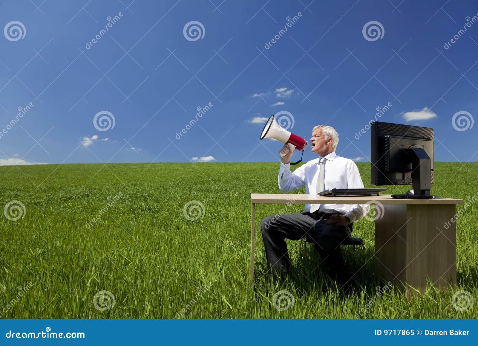 Biznesmena śródpolny megafonu używać