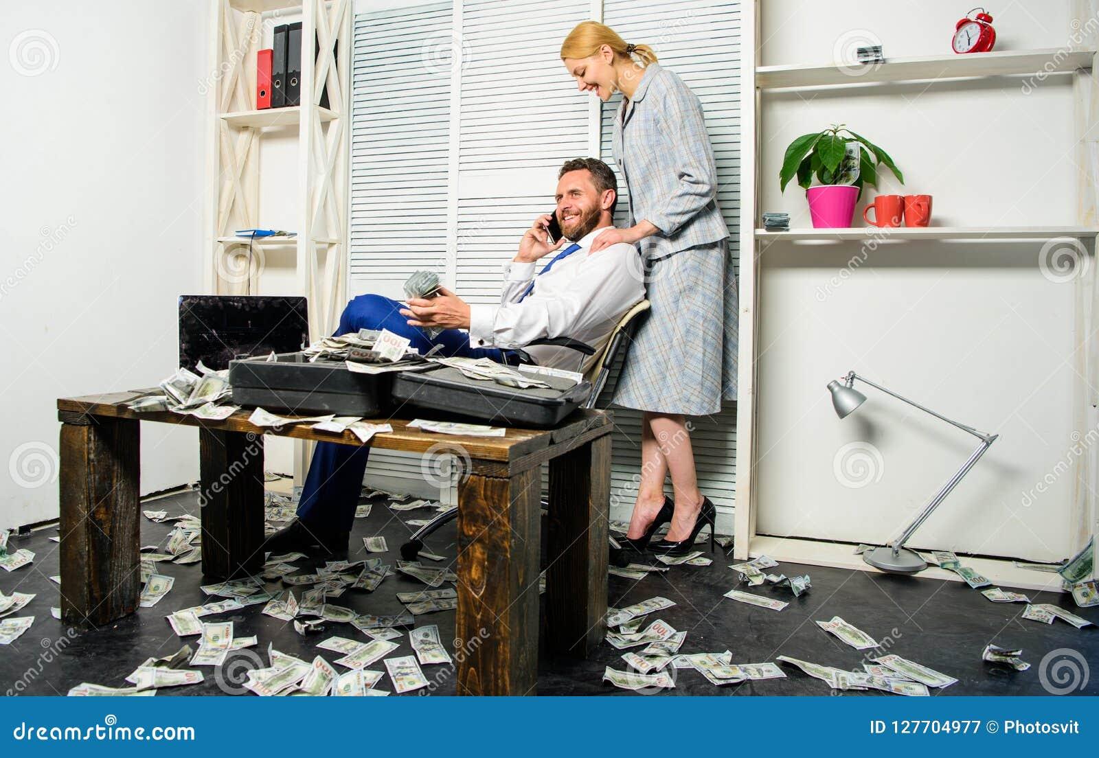 Biznesmena bogaty brodaty facet siedzi biuro z udziałem gotówkowy pieniądze Mężczyzna biznesmena pomyślna rozmowa telefoniczna po