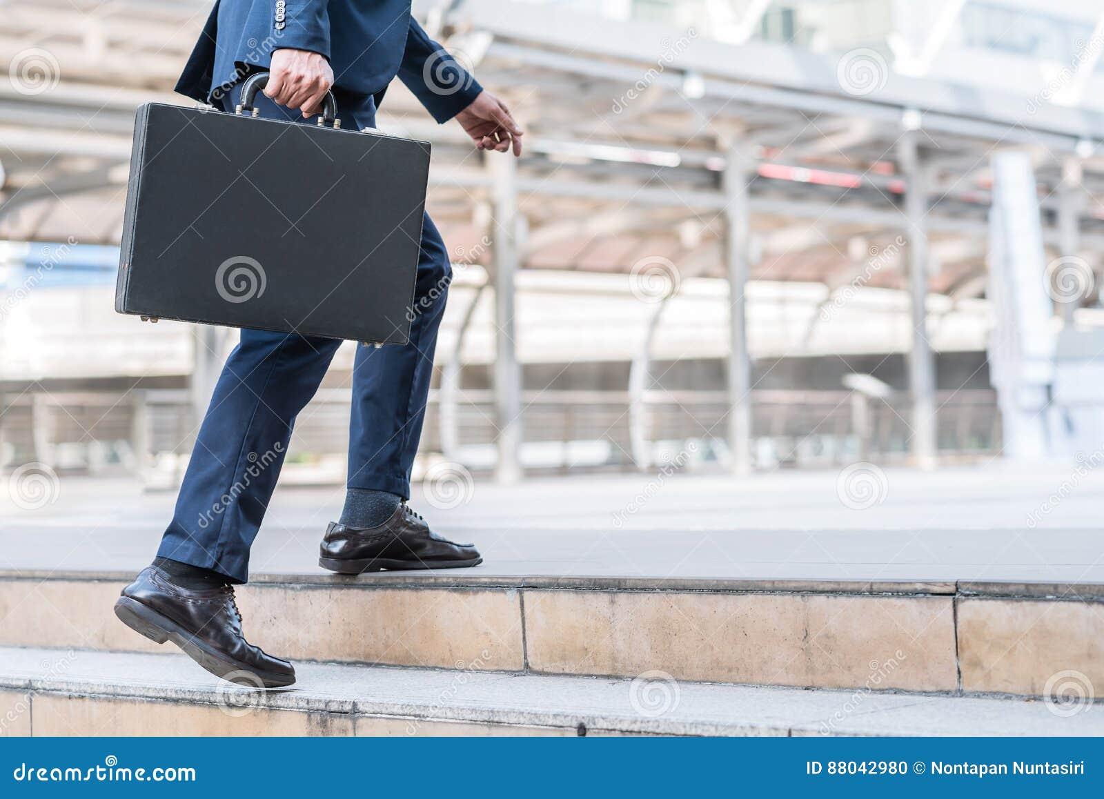 Biznesmena chodzić oddolny na schodku