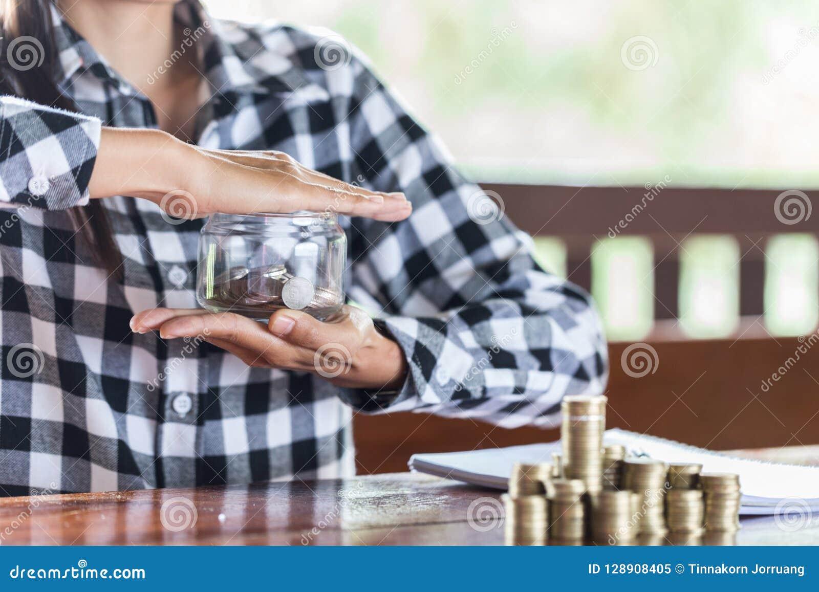 Biznesmena chronienia monety 3d tła pojęcia pieniężny odosobniony odpłacający się zbawczy biel