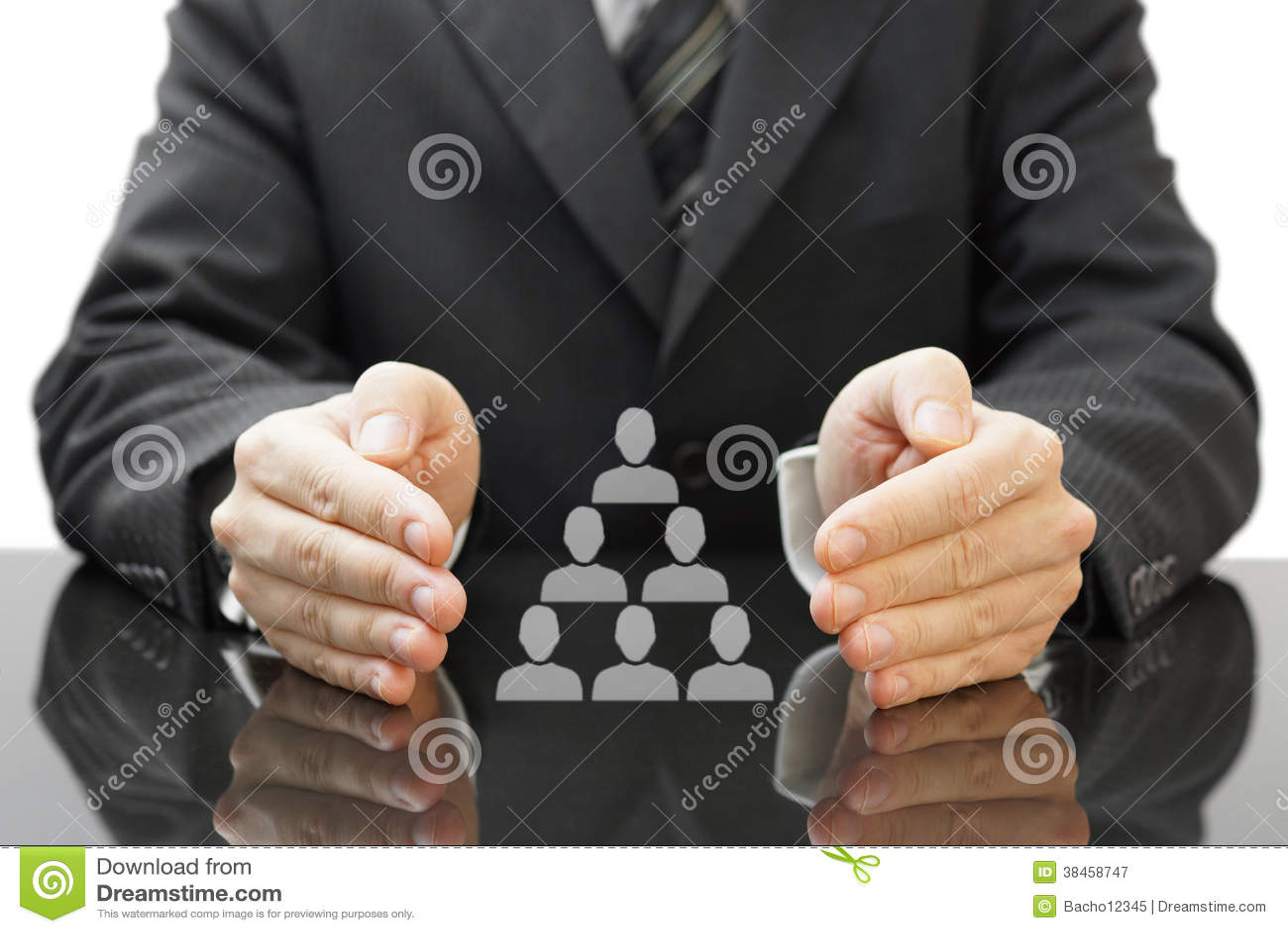 Biznesmena chronienia pracownicy w jego firmie. pojęcie e