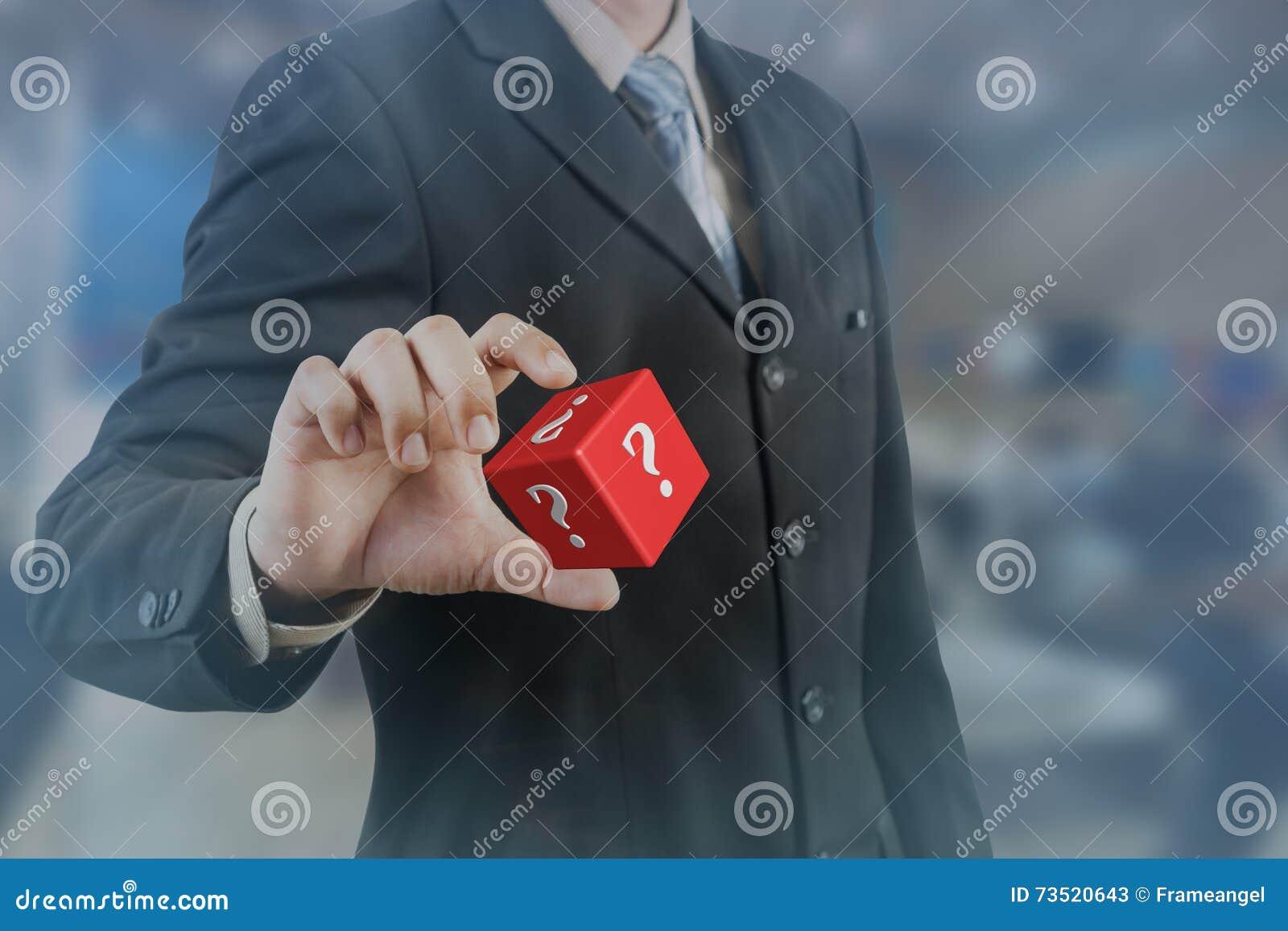 Biznesmena chwyta i ręki czerwony kubiczny z znakiem zapytania