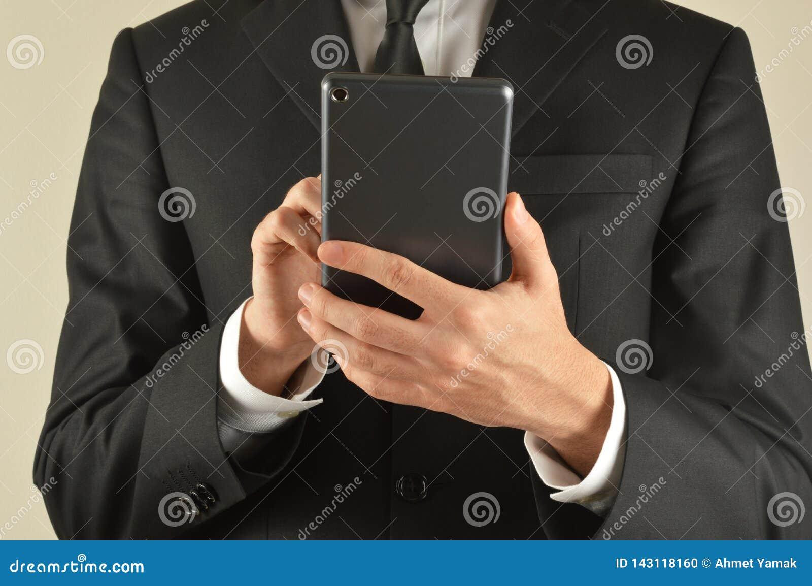 Biznesmena cyfrowy pastylki u?ywa?