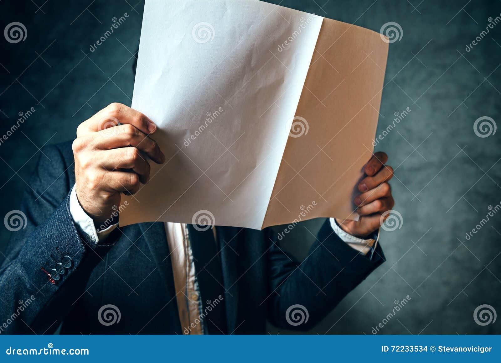 Biznesmena czytania projekta dokumentacja