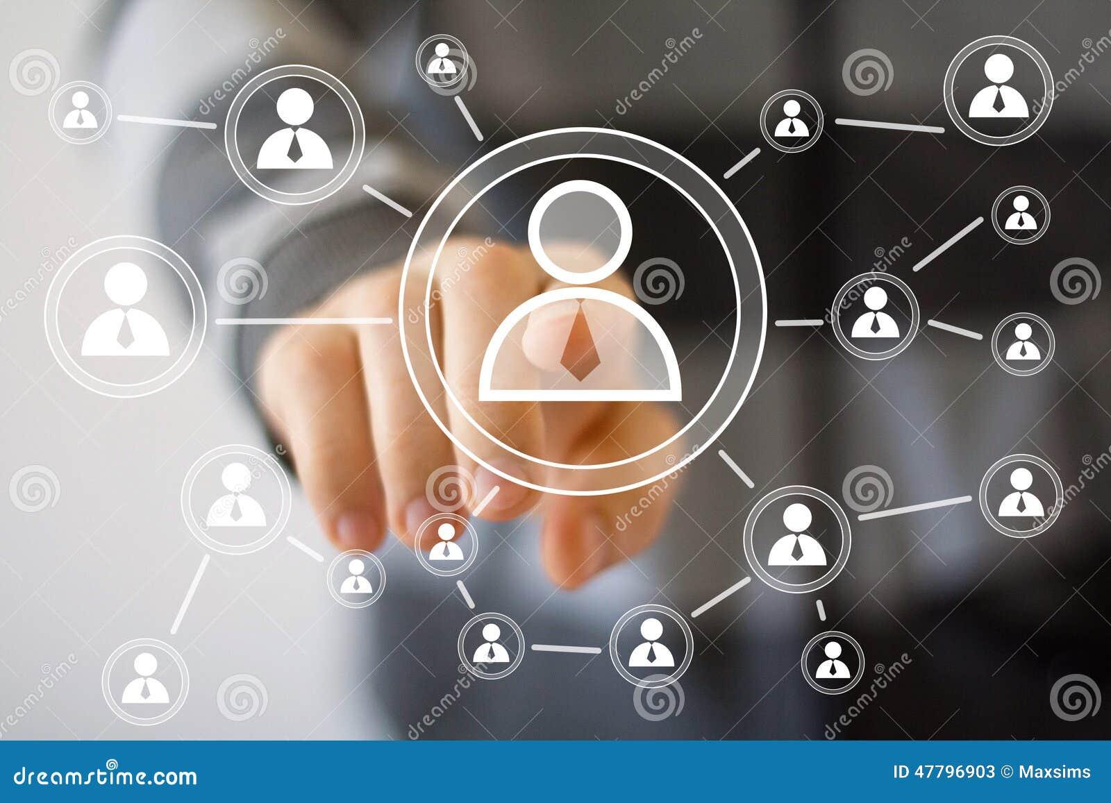 Biznesmena dotyka guzika interfejsu komunikacja