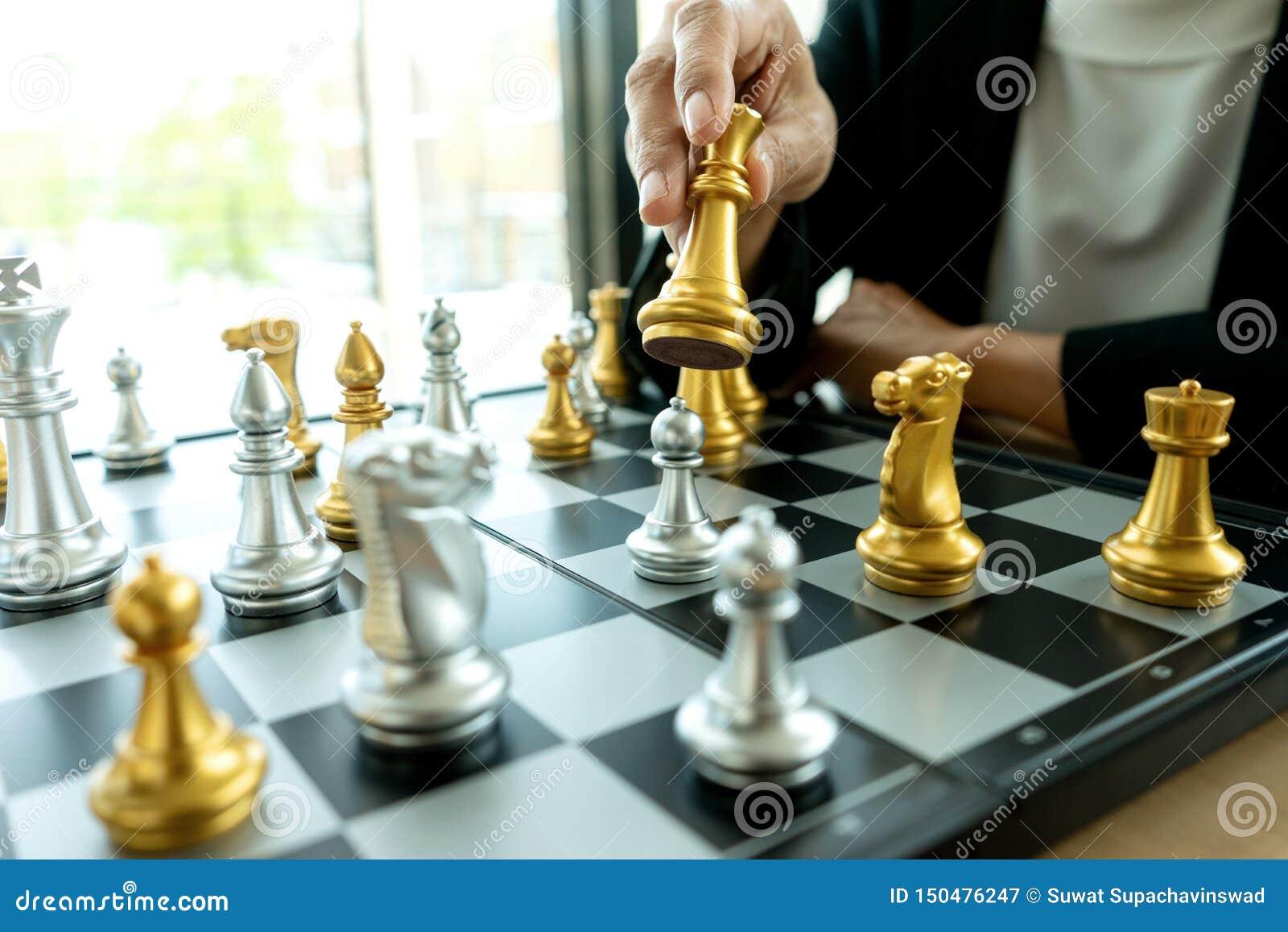 Biznesmena główkowanie i chwyta królewiątka szachy na jego ręce