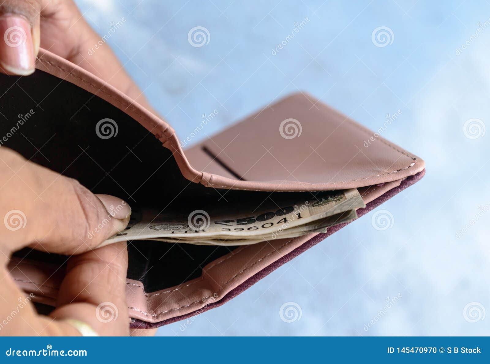Biznesmena kładzenie, brać za lub płacić Indiańskiej rupii banknoty od rzemiennego portfla Odosobniony bia?y t?o Przychodu kryzys