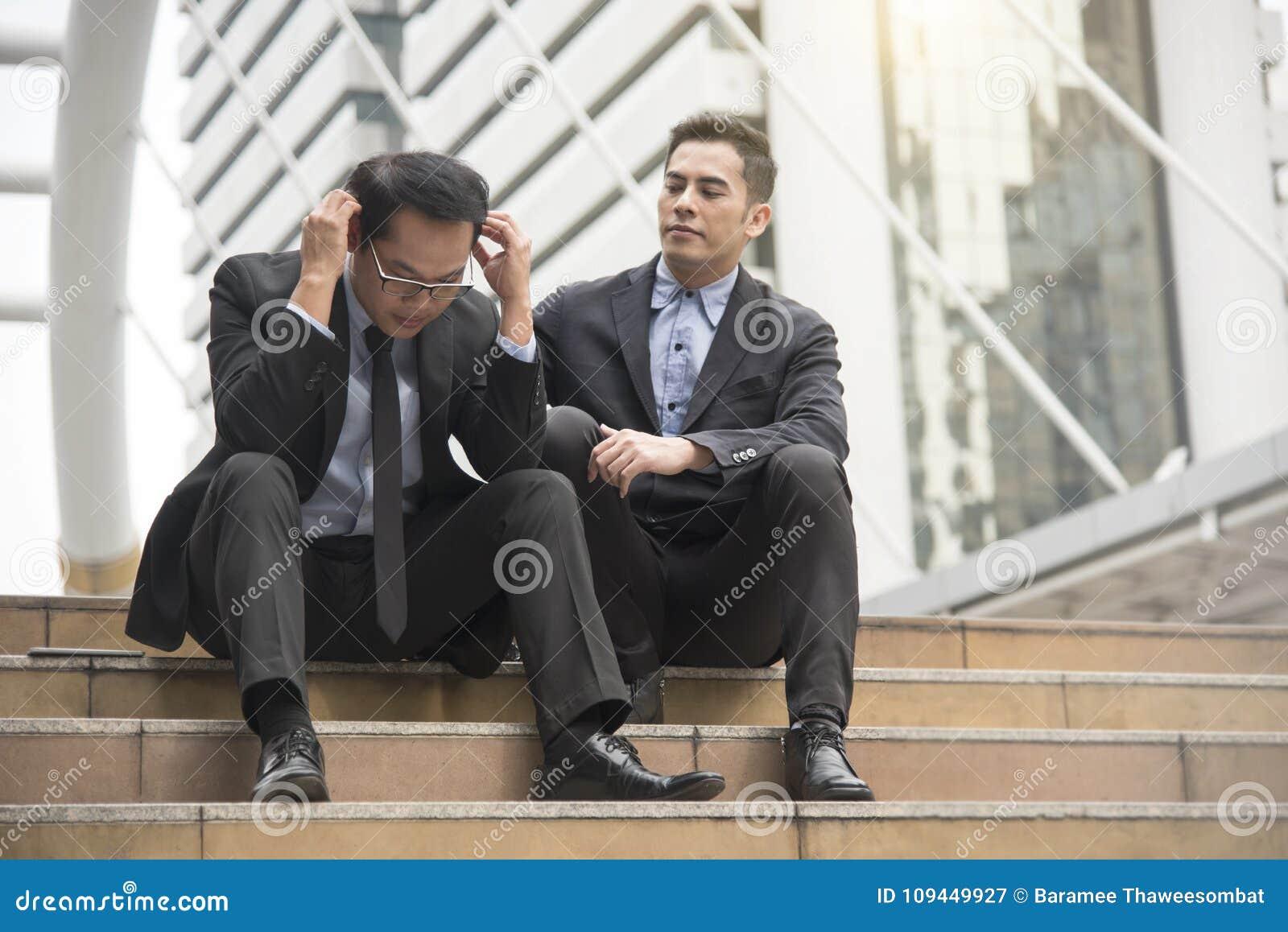 Biznesmena konsultant i pocieszać przyjaciela bezrobocie
