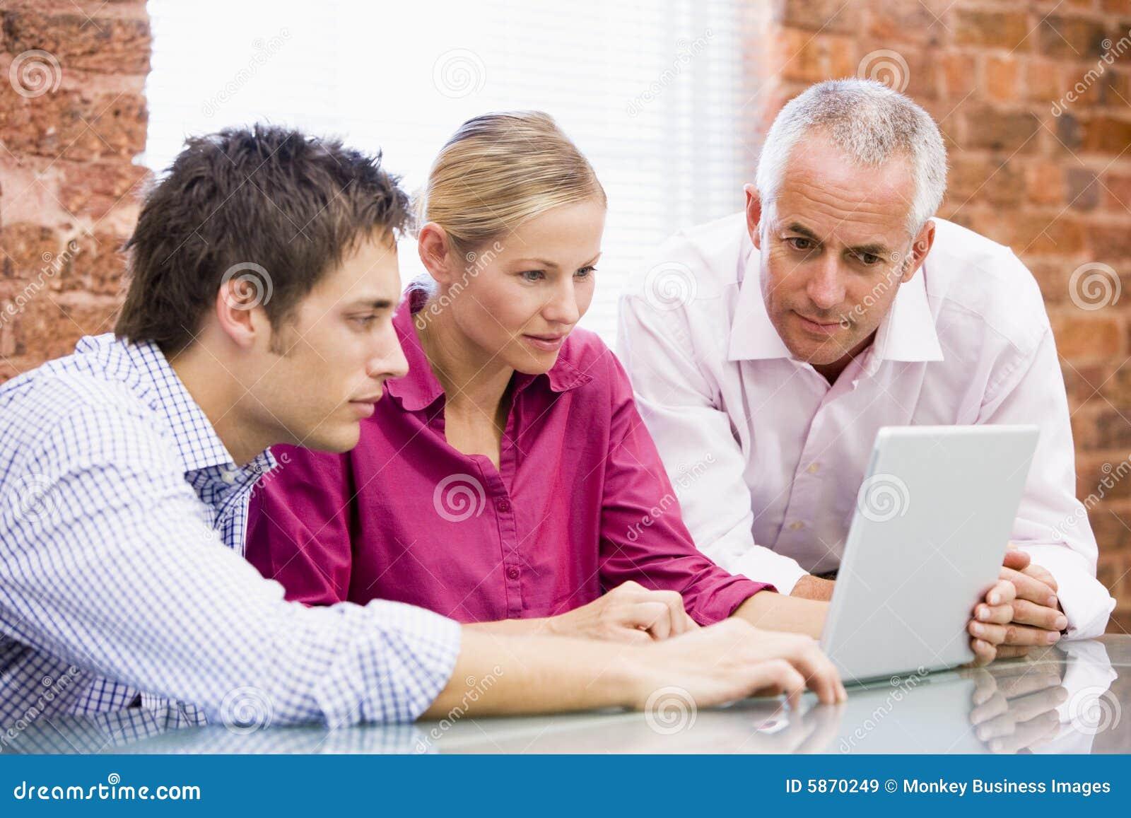 Biznesmena laptopa na trzy urzędu