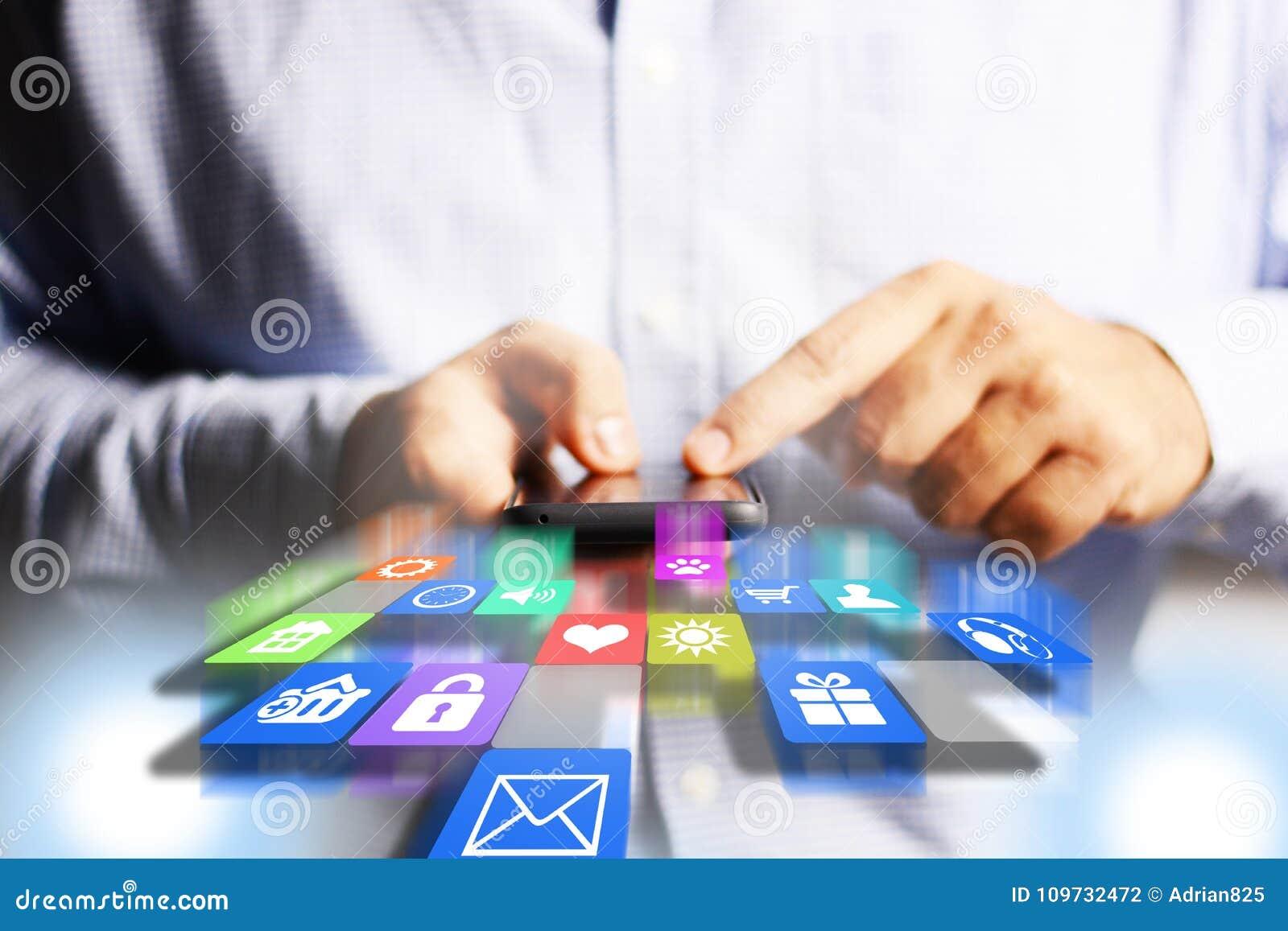 Biznesmena lub inżyniera mienia smartphone z spada zastosowanie ikonami