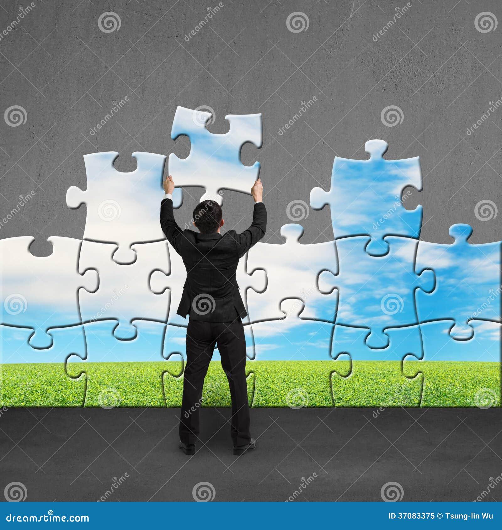 Download Biznesmena Mienia łamigłówki Zgromadzenie Na Betonowej ścianie Obraz Stock - Obraz złożonej z szachrajka, robienie: 37083375