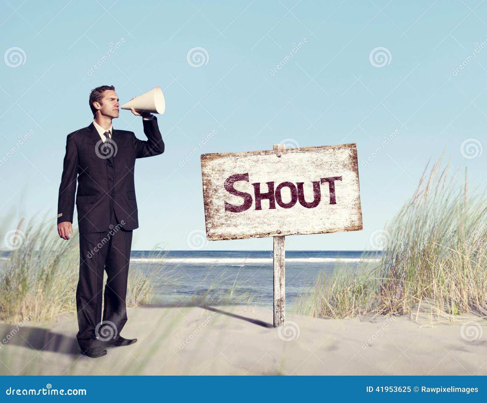 Biznesmena mienia głośnik z Signboard na plaży