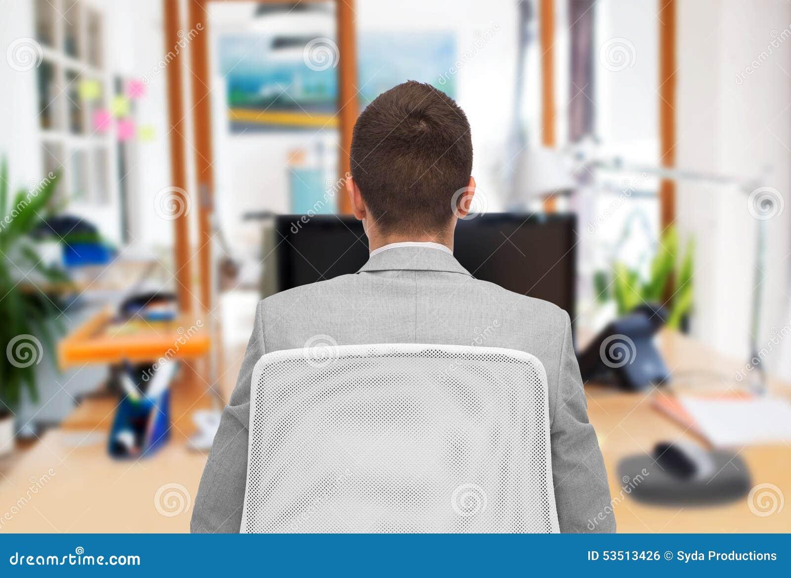 Biznesmena obsiadanie w biurowym krześle od plecy