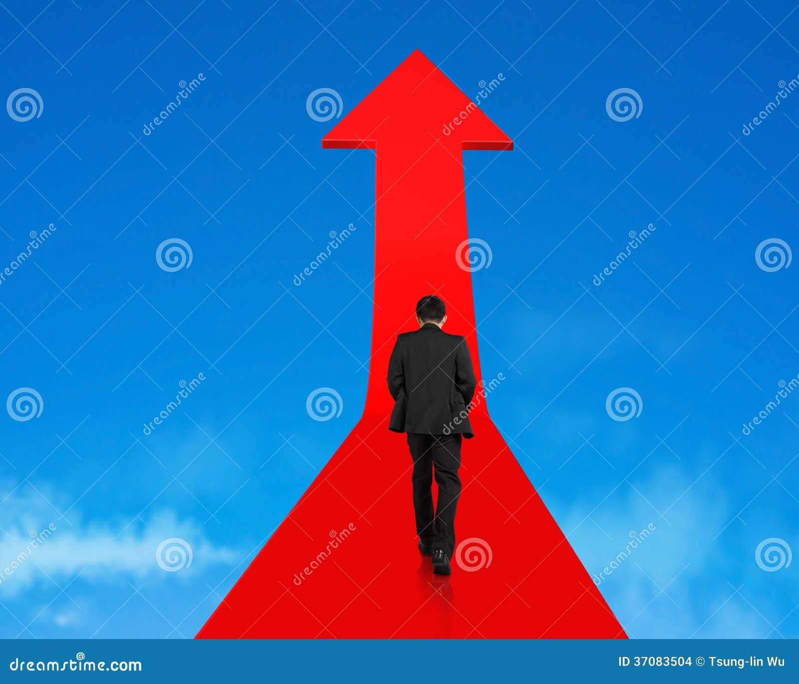 Download Biznesmena Odprowadzenie Na Narastającej Czerwonej Strzała W Niebie Zdjęcie Stock - Obraz złożonej z zbliżenie, projektanci: 37083504