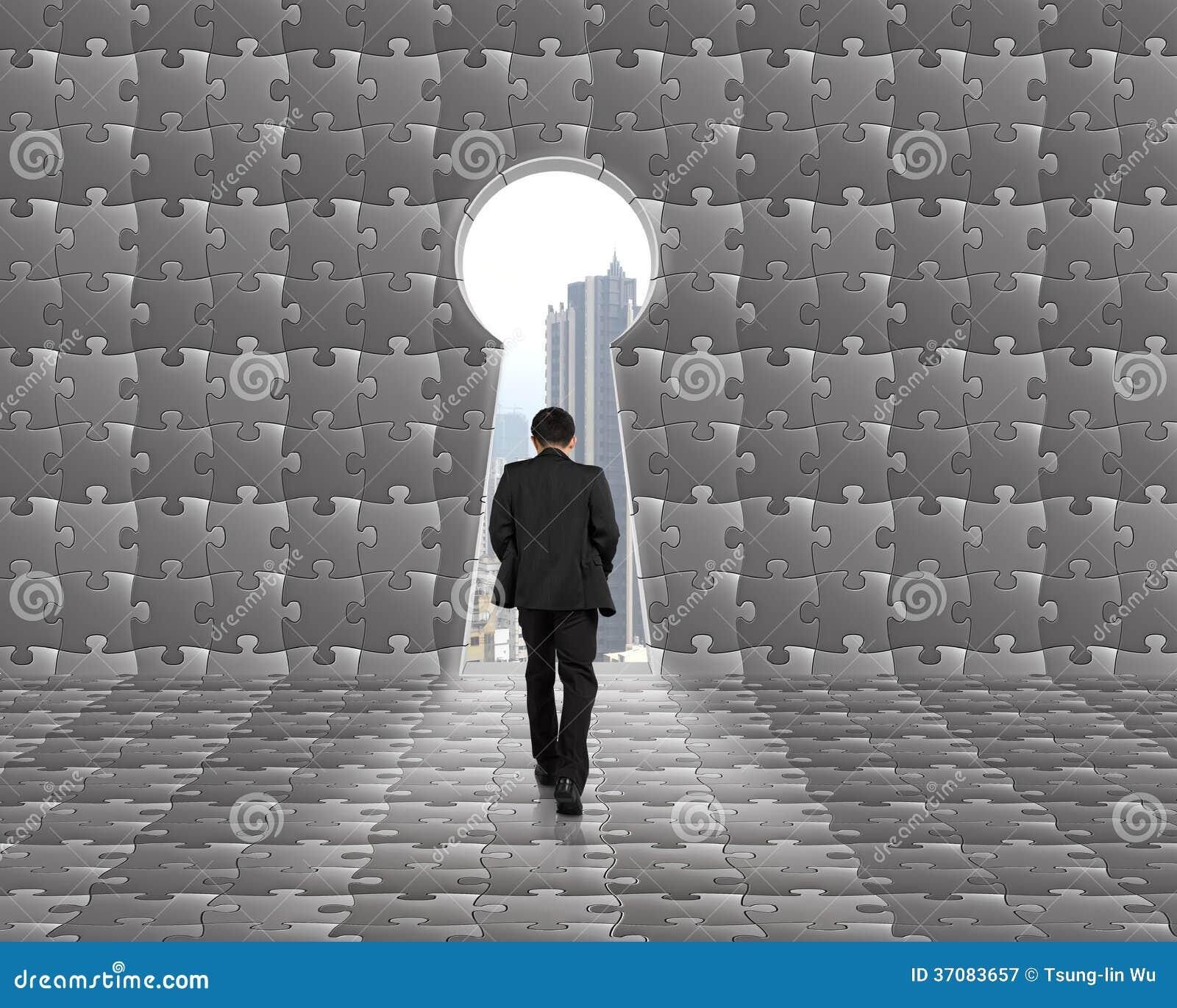 Download Biznesmena Odprowadzenie W Kierunku Kluczowego Kształta Drzwi Z łamigłówki Backgroun Obraz Stock - Obraz złożonej z dopasowanie, drzwi: 37083657