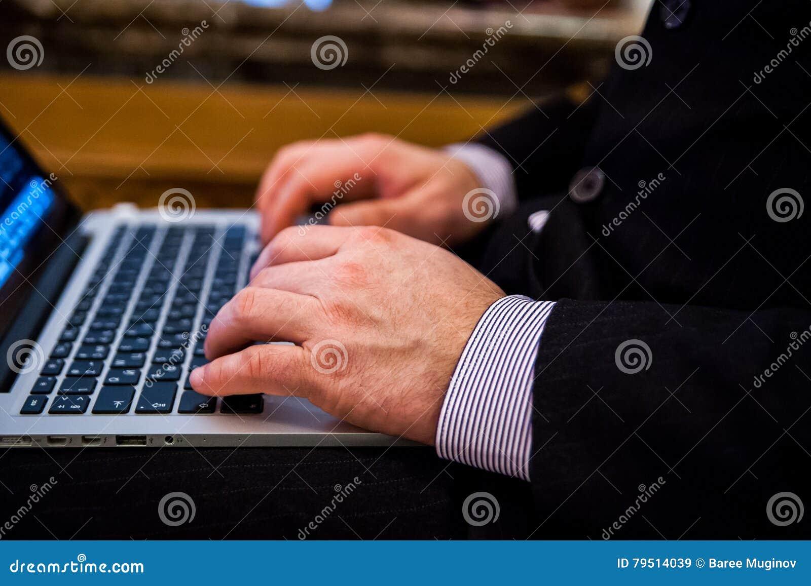 Biznesmena pisać na maszynie