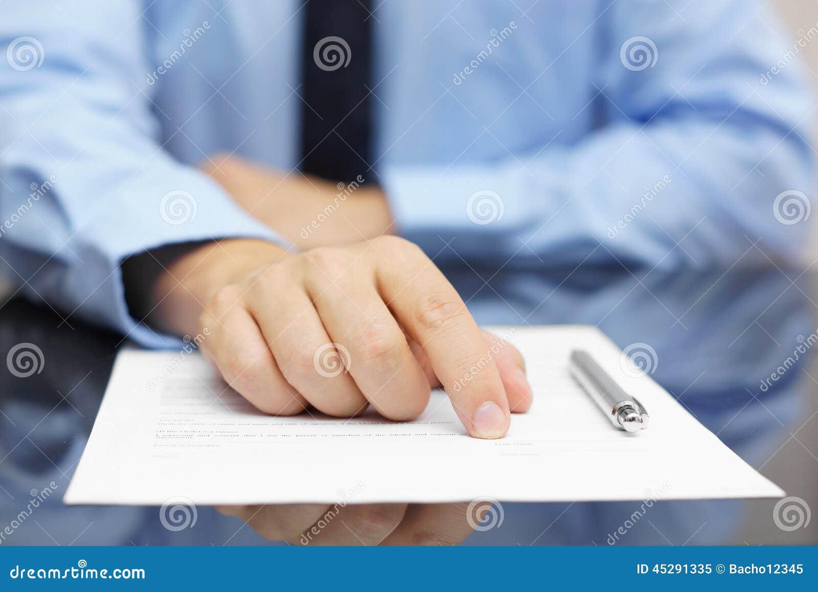 Biznesmena przedstawienia klient gdzie podpisywać