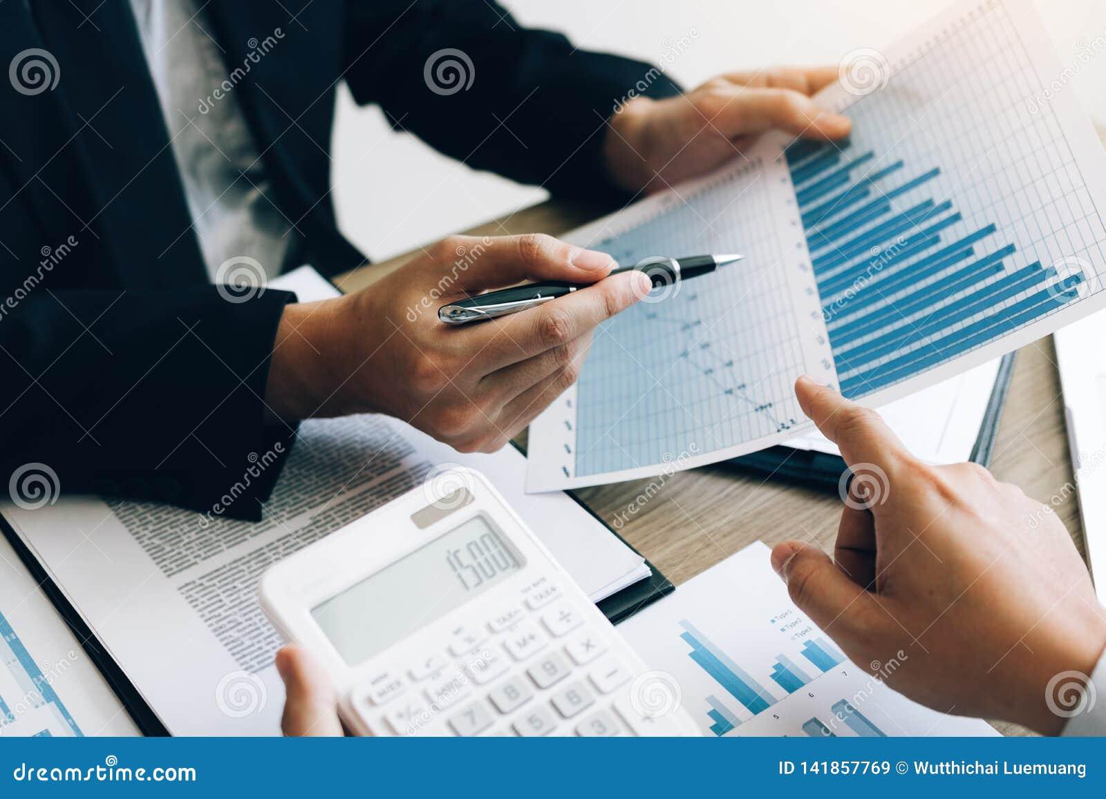 Biznesmena przyglądający wykres i zbiorczy raport na dokumentu finanse budżeta papierze z analiza kosztu dane wynikamy