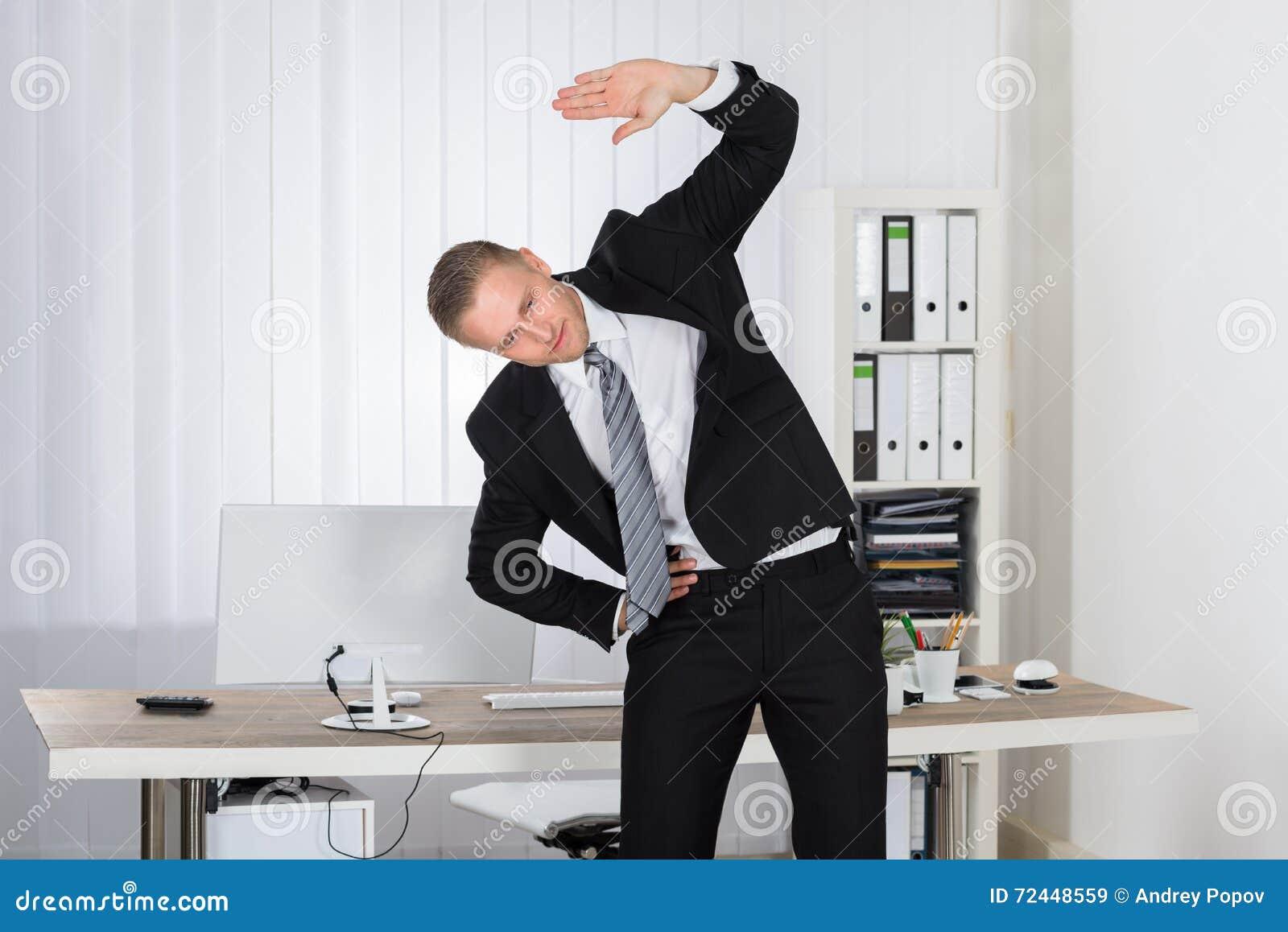 Biznesmena rozciąganie w biurze